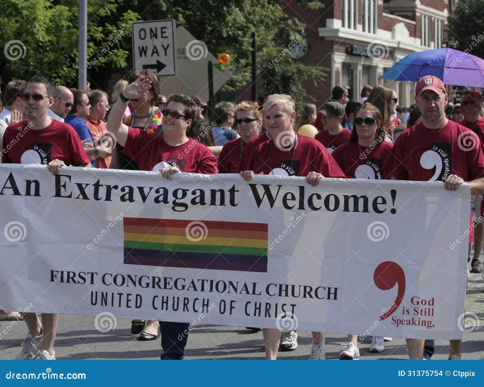Primeros miembros de iglesia congregacional que caminan en el orgullo de Indy