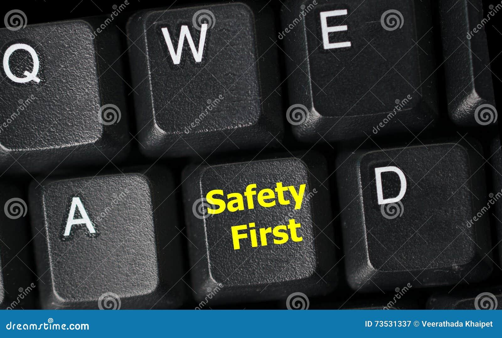 Primo concetto di sicurezza con la chiave gialla sulla tastiera di computer