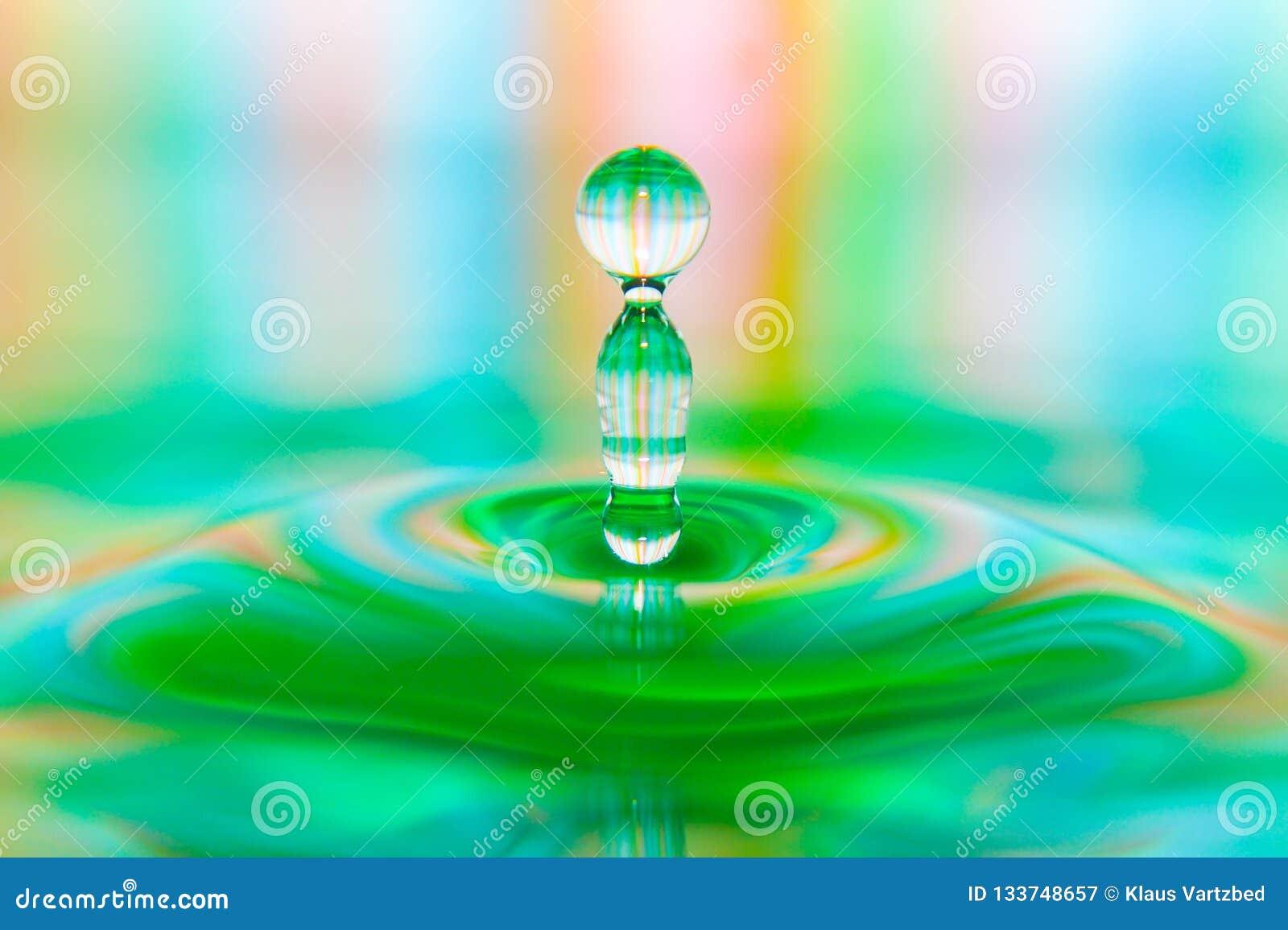Primo piano astuto della spruzzata variopinta della goccia di acqua