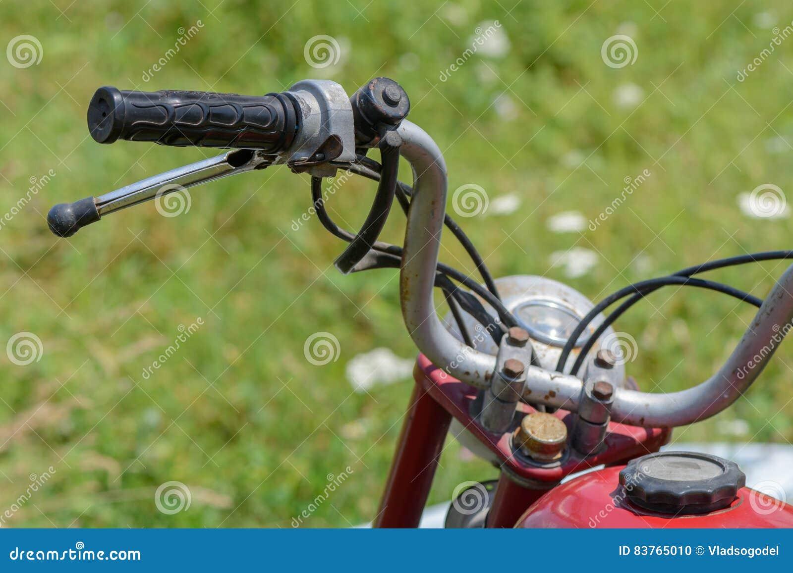 Primo piano con la maniglia della bicicletta Dettaglio del handleba d annata della bicicletta