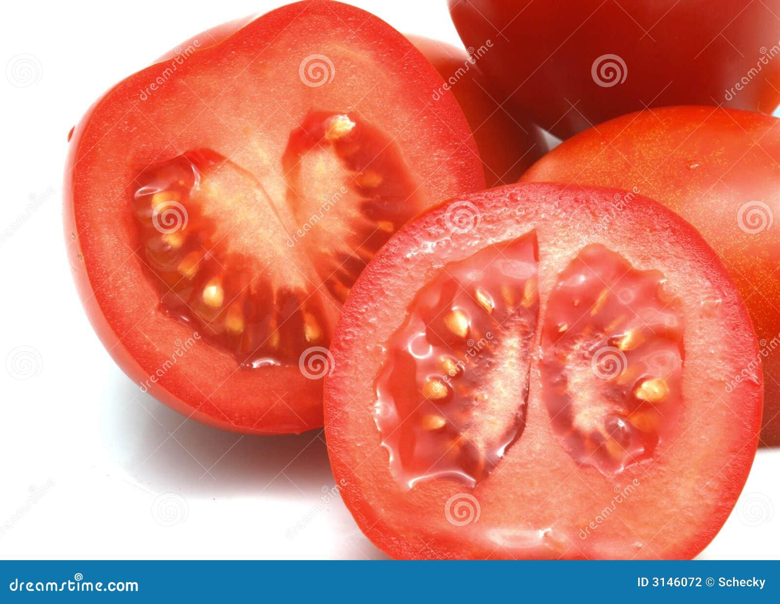 Primo piano dei pomodori rossi affettati