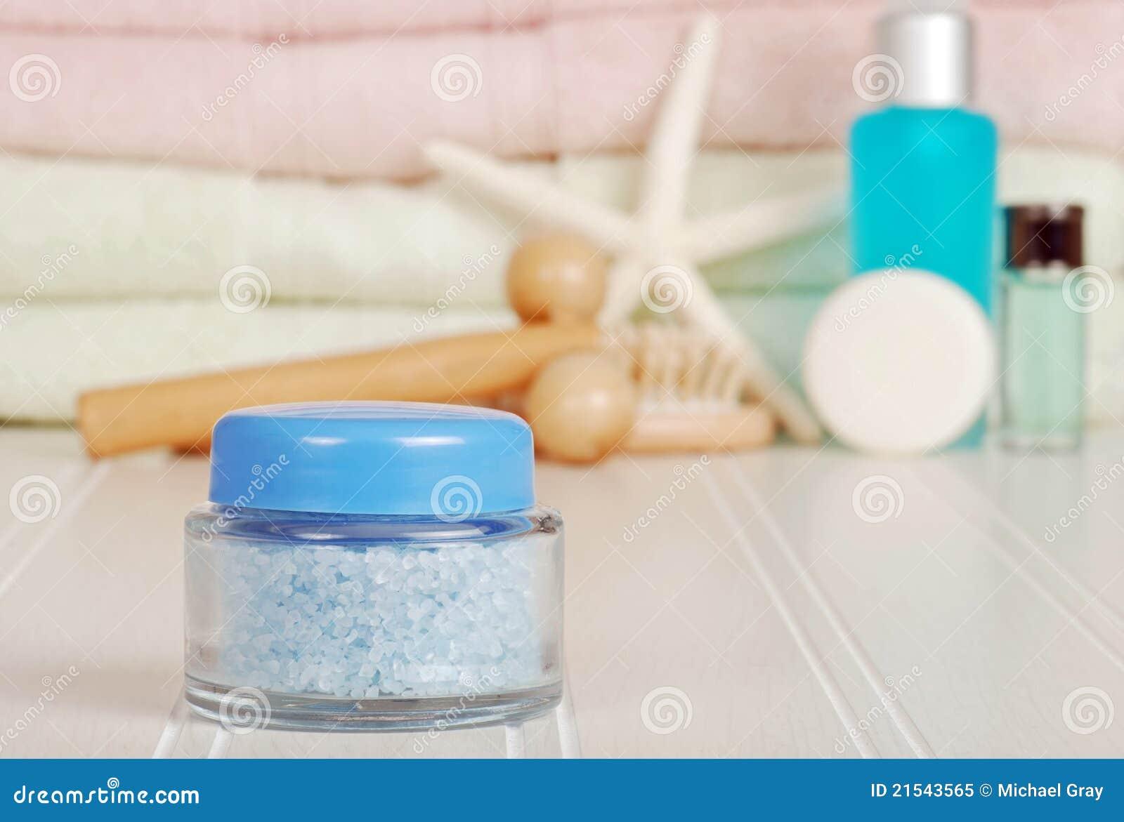 Primo piano dei sali di bagno blu del vaso immagine stock immagine di mare alternativa 21543565 - Droga dei sali da bagno ...