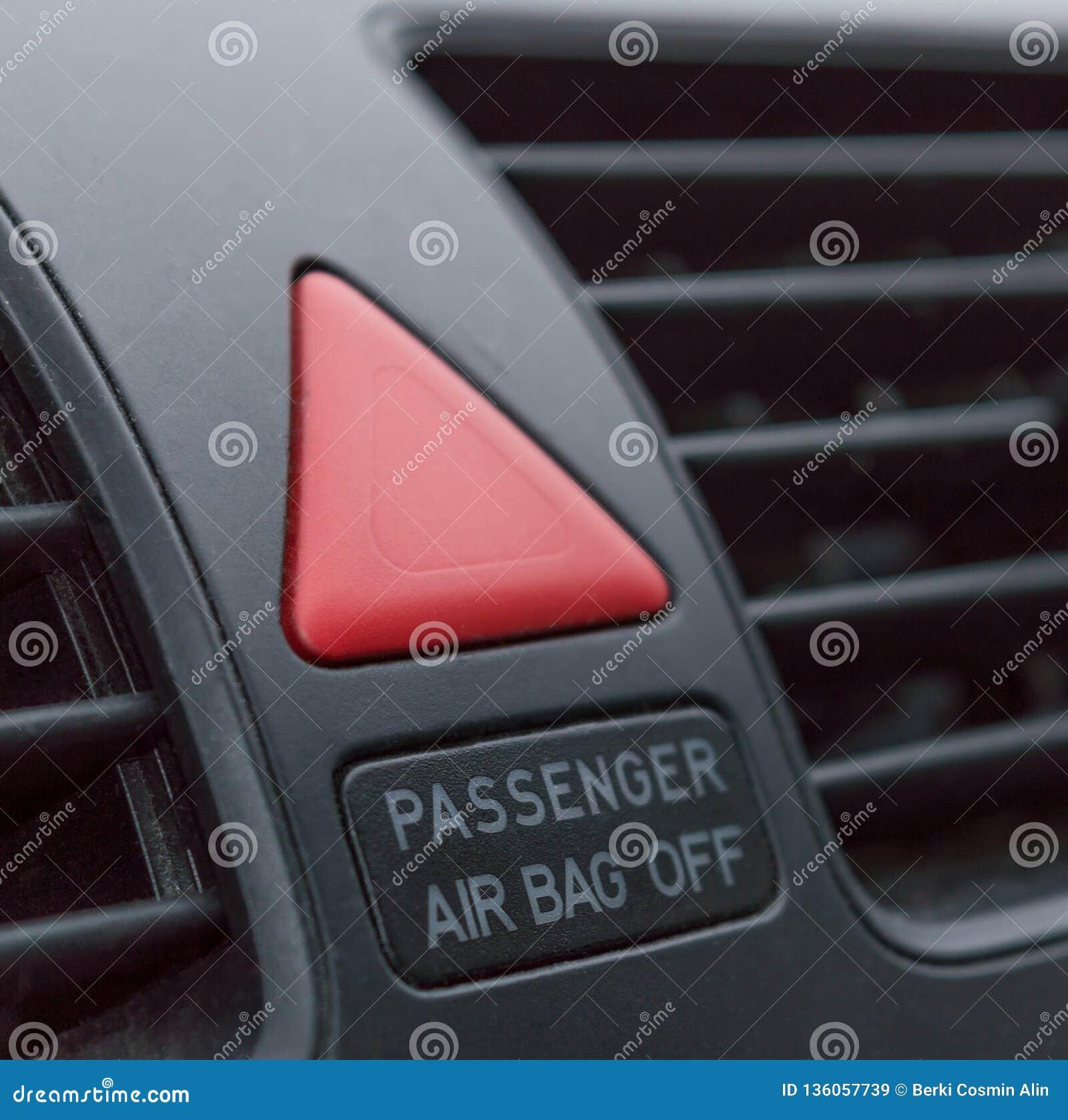 Primo piano del bottone dell arresto di emergenza in automobile