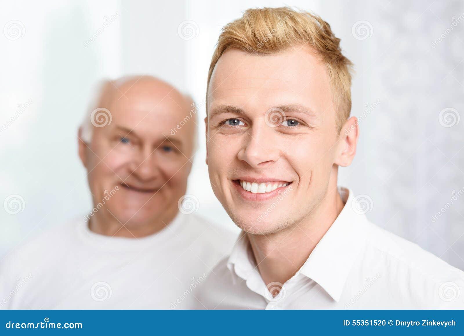 Primo piano del nipote e del nonno