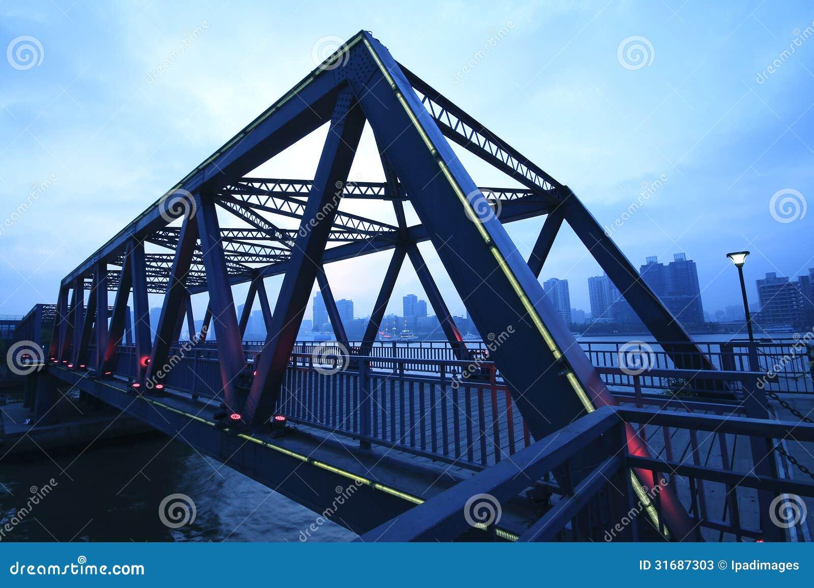 Primo piano del ponte della struttura d 39 acciaio al for Ponte del secondo piano