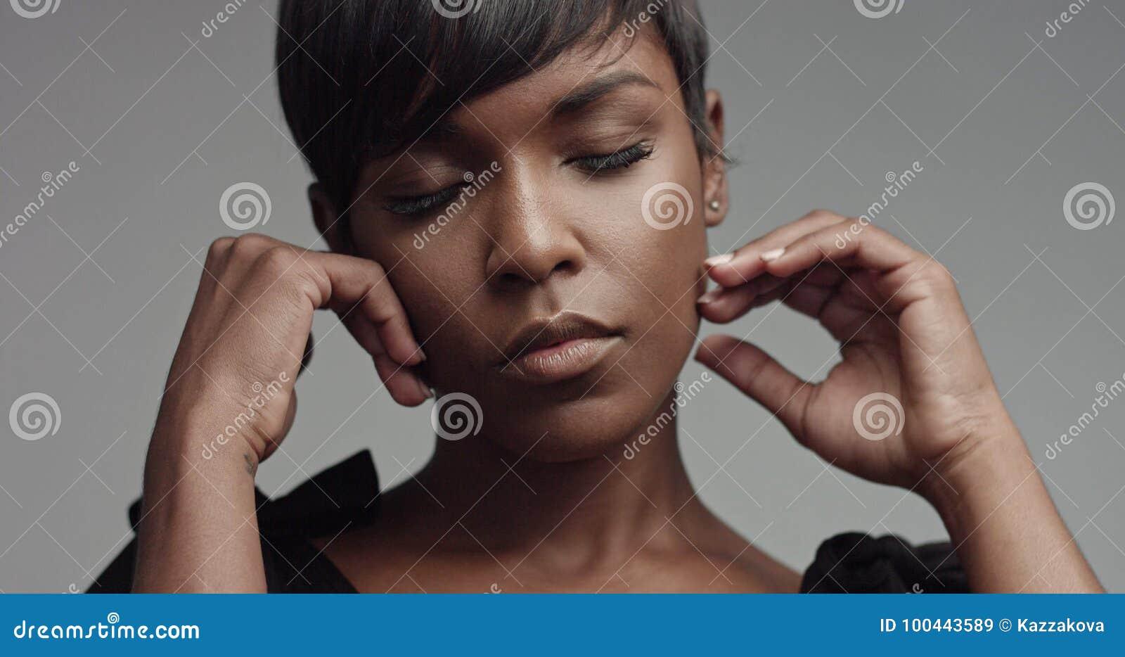 Primo piano del ritratto della donna di colore di bellezza