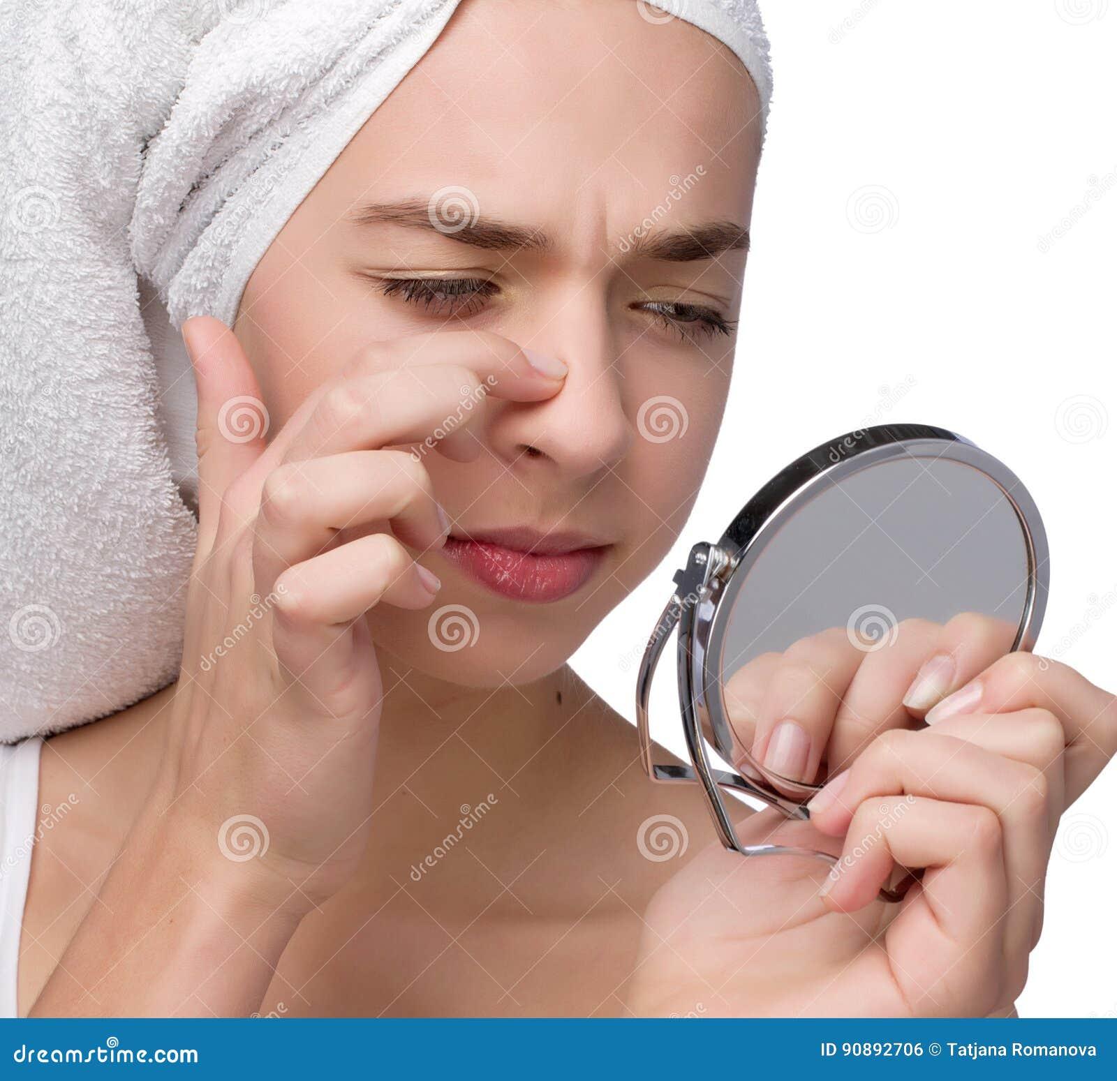 Primo piano dell adolescente che trova un acne sul suo naso