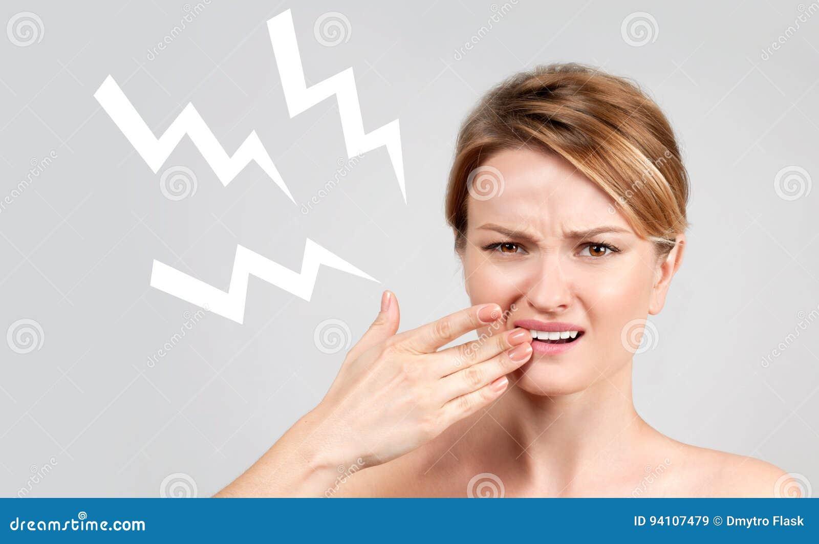 Primo piano della donna che soffre dal mal di denti