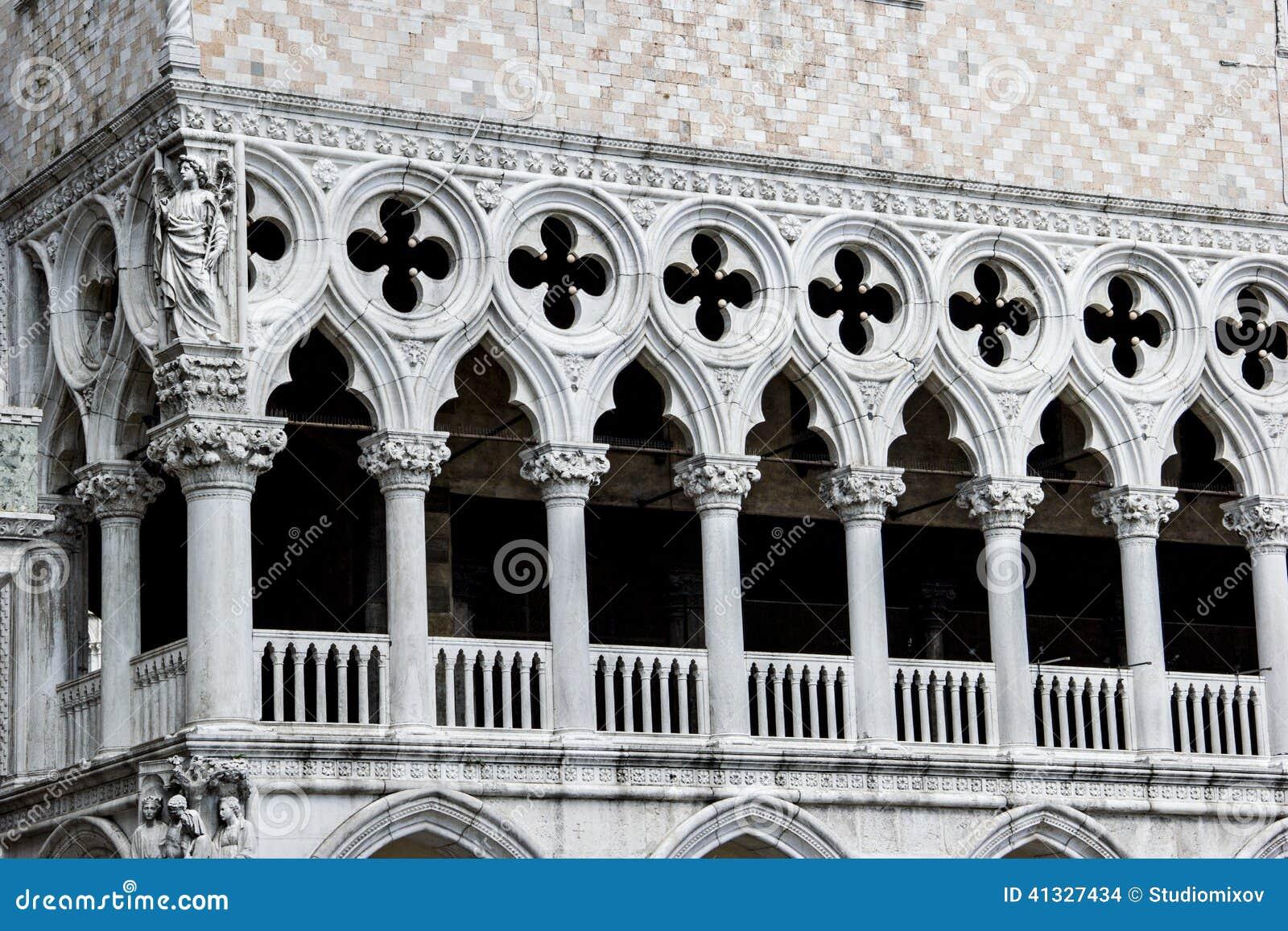 Primo piano della facciata bianca dei trafori del palazzo for Disegno del piano online