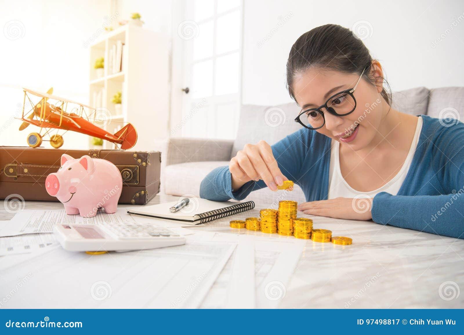 Primo piano della giovane donna che conta le monete di oro