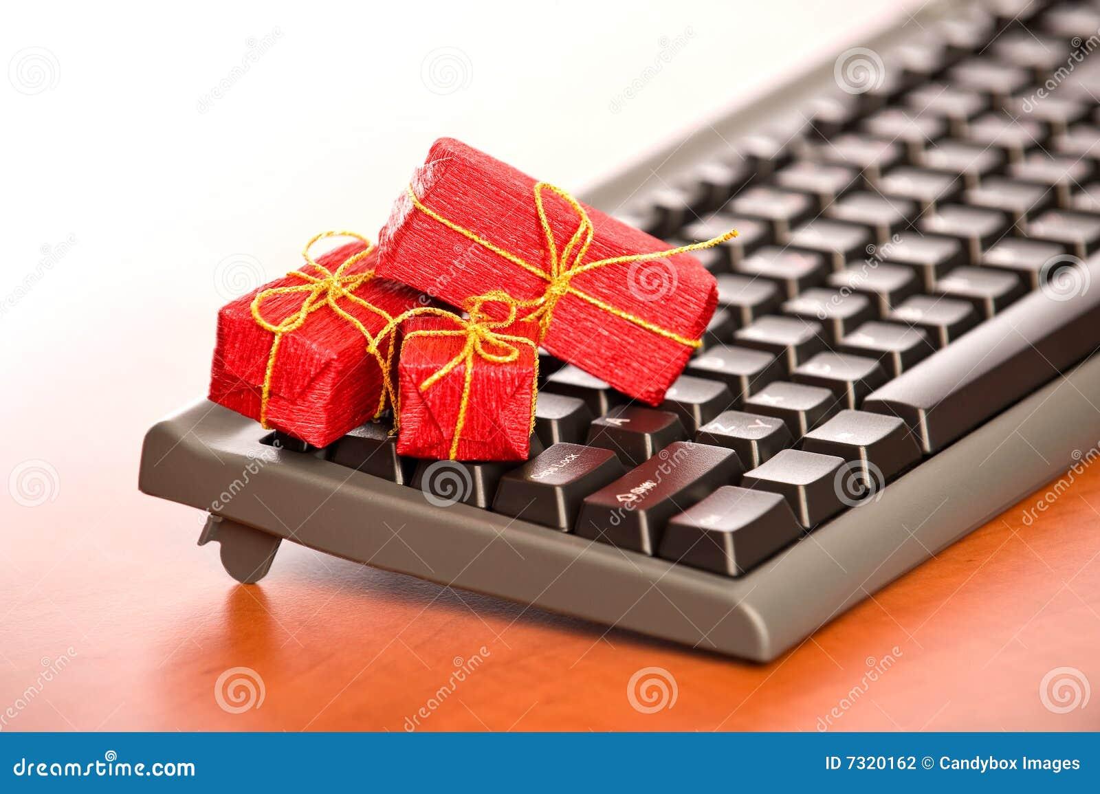 Primo piano della tastiera con i regali di Natale molto piccoli