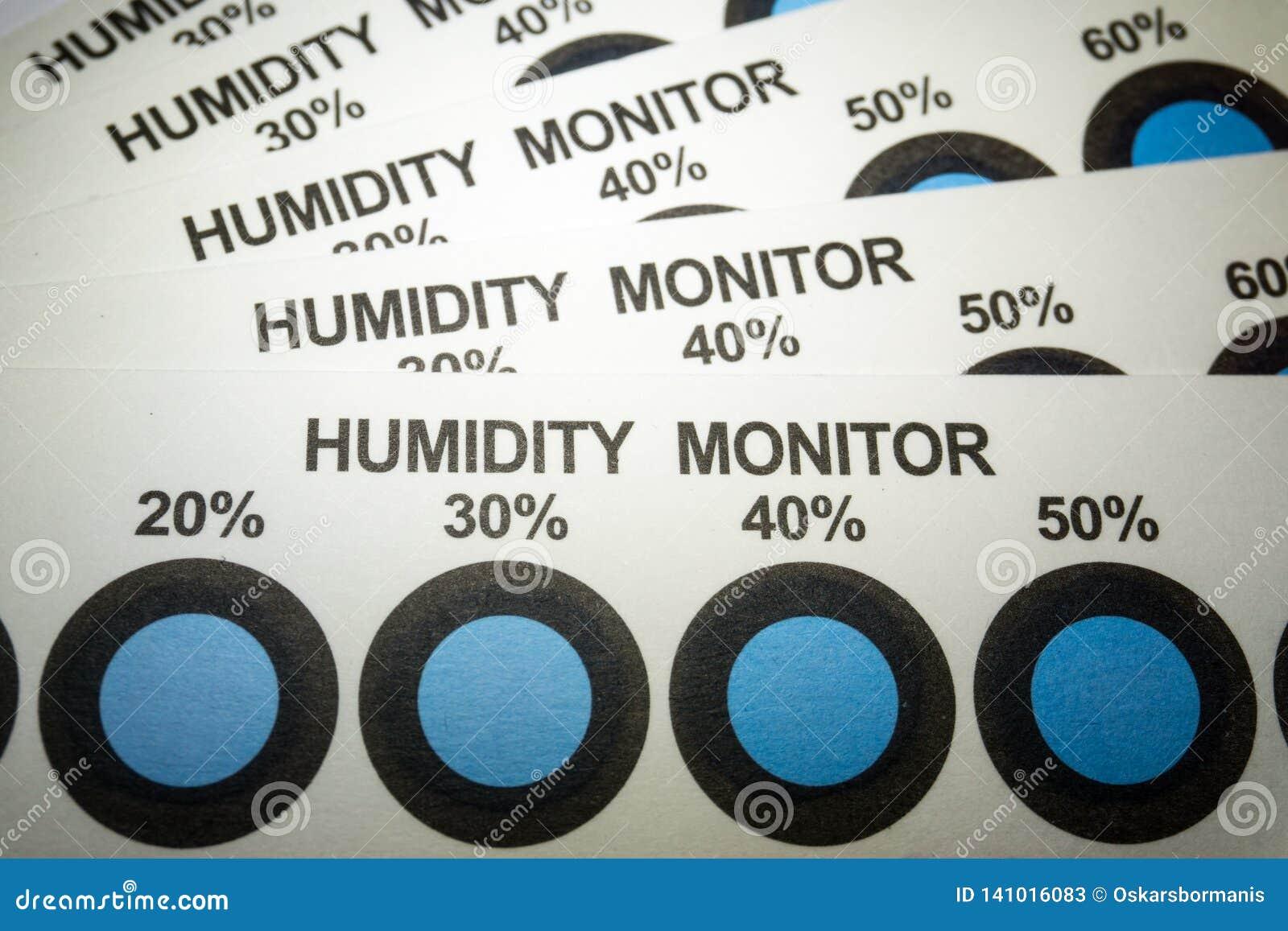 Primo piano delle carte dell indicatore di umidità da industria manufatturiera di elettronica con le spie blu