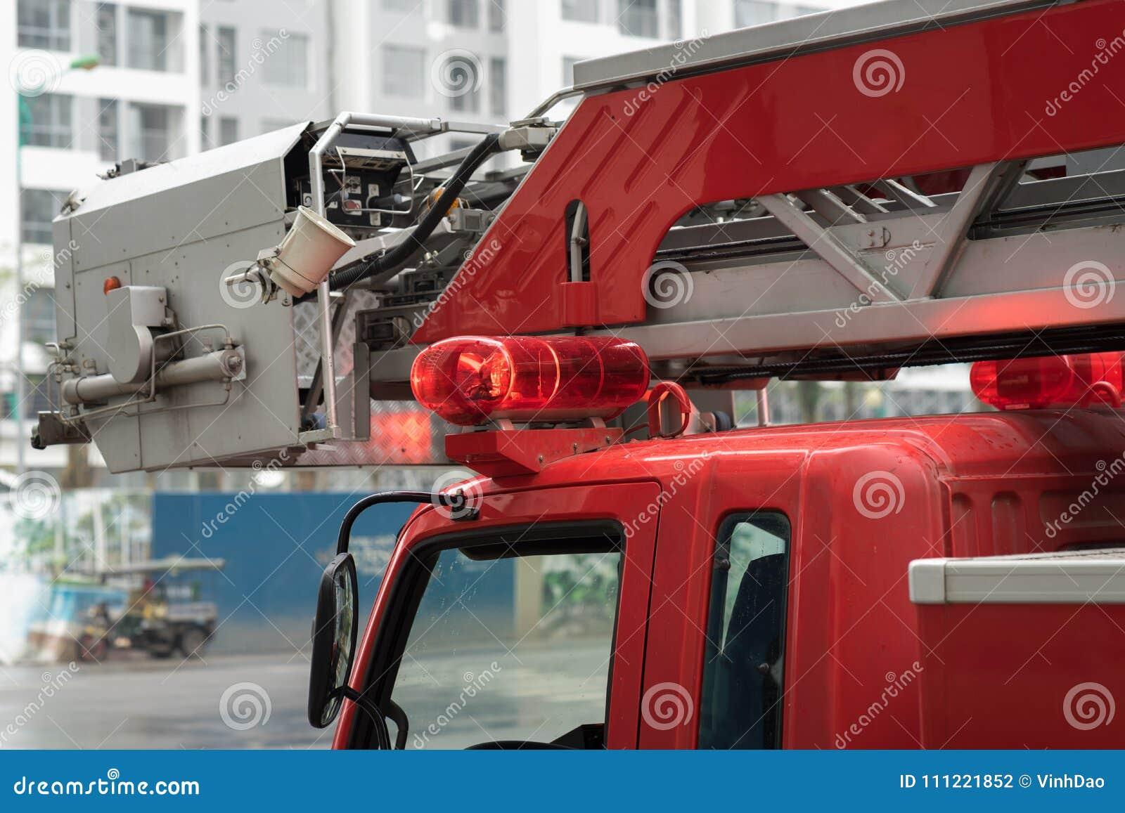 Primo piano delle luci superiori del camion dei vigili del fuoco sulla via di Hanoi