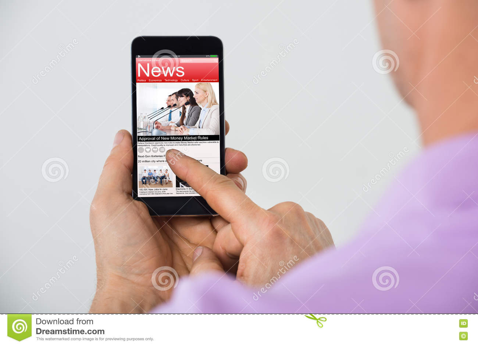 Primo piano delle notizie della lettura dell uomo su Smartphone