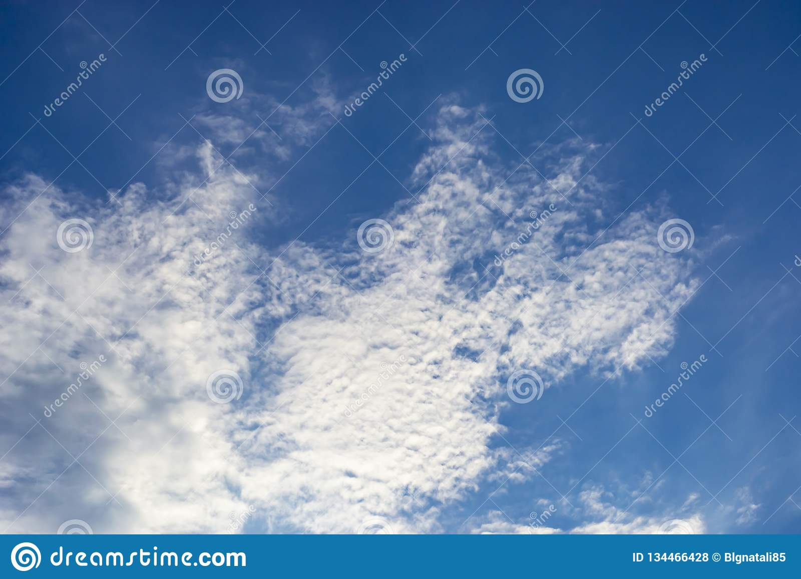 Primo piano delle nuvole sotto forma di profilo del cane nel cielo blu