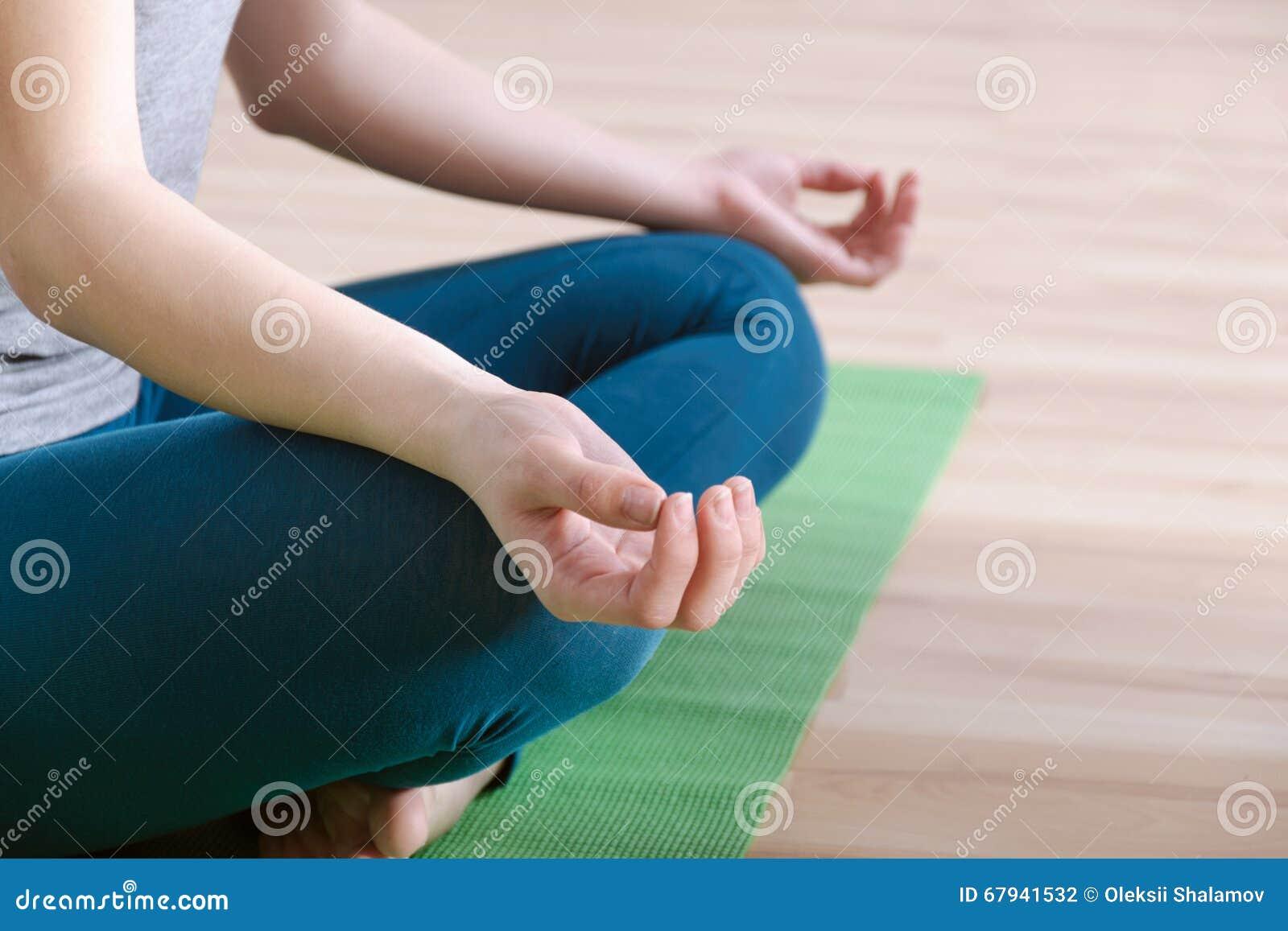 Primo piano delle posizioni di yoga della mano per la meditazione