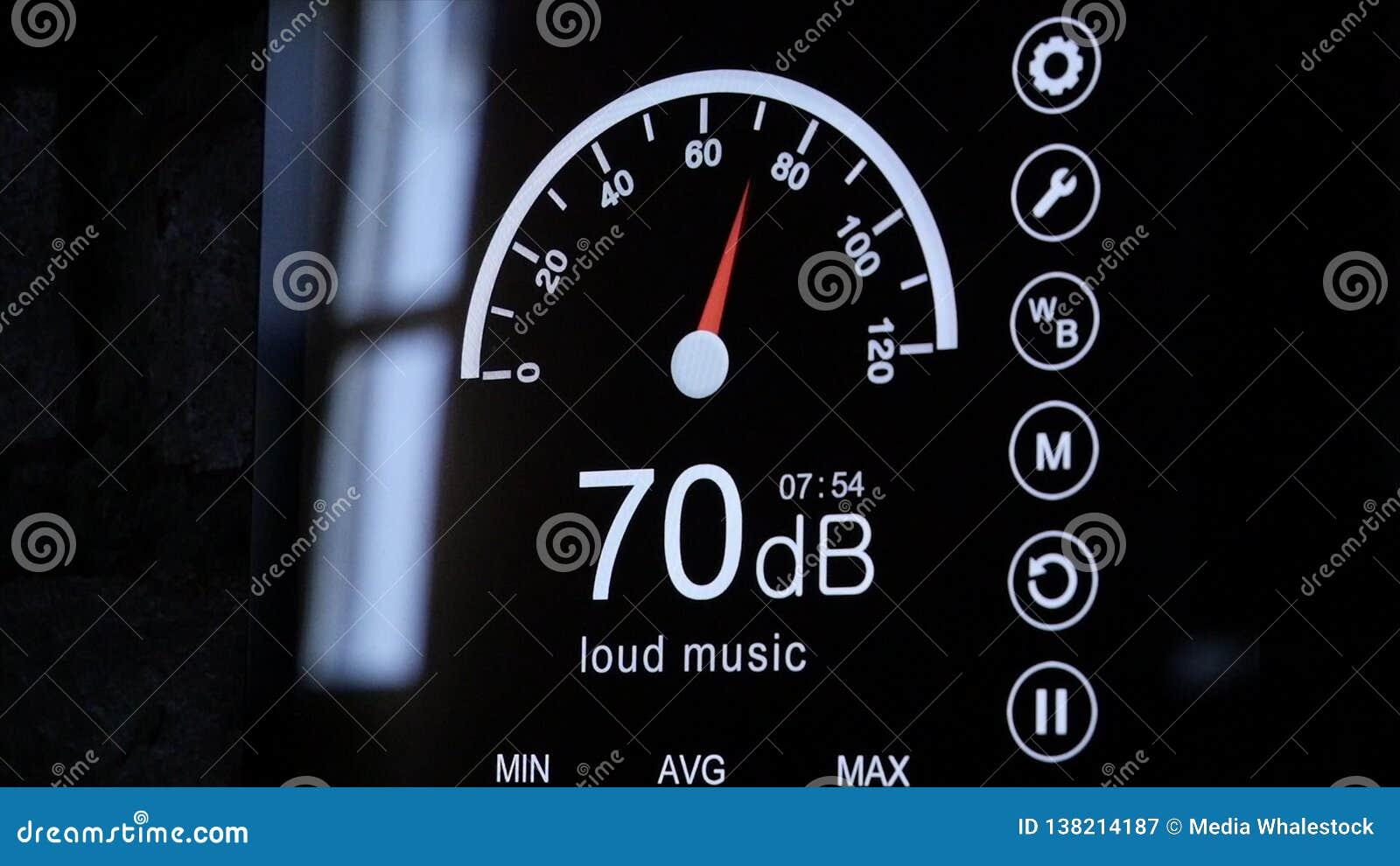 Primo piano dello schermo del fonometro nei decibel Fonometro elettronico moderno intorno
