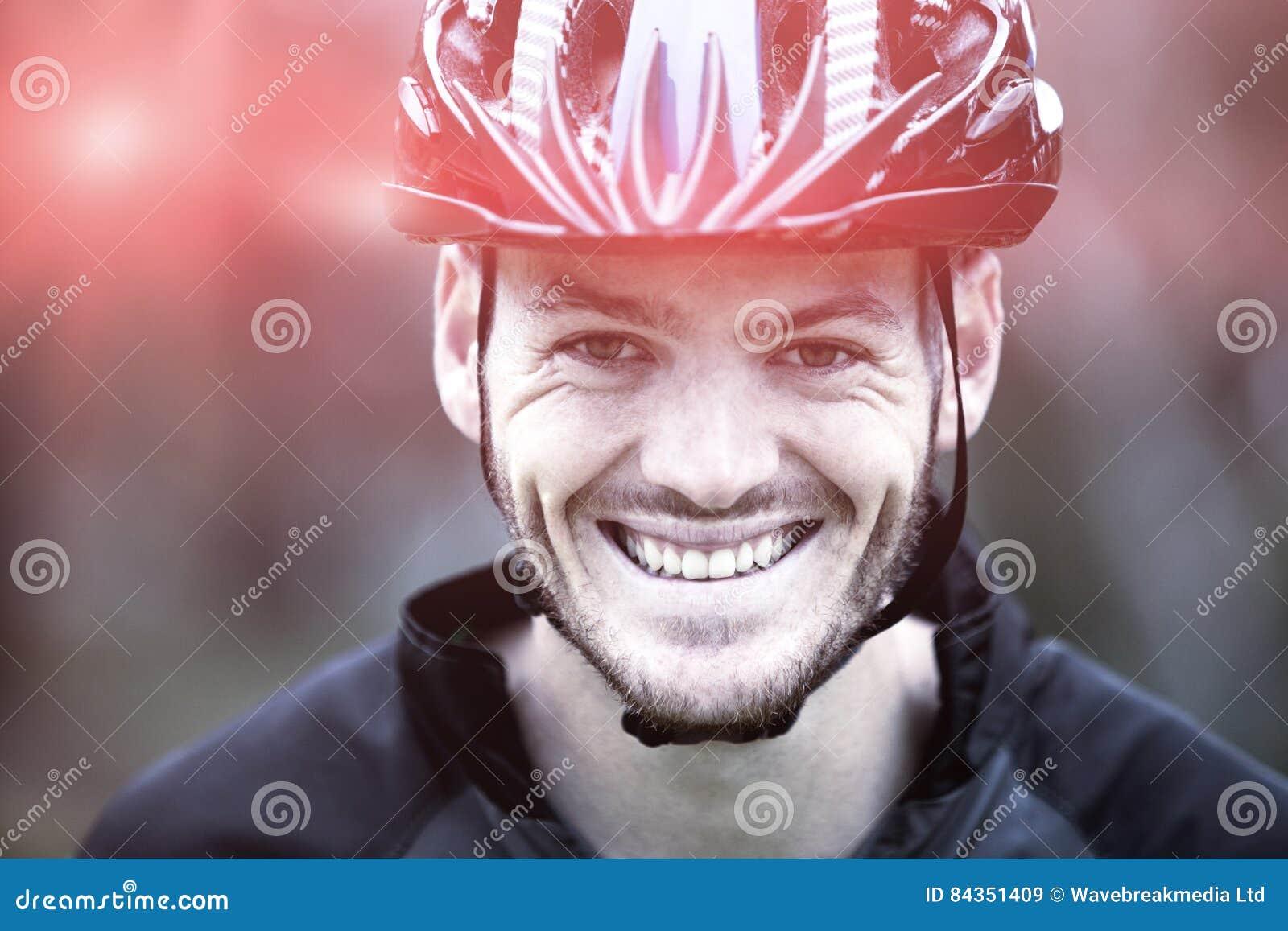 Primo piano di atletico maschio sorridente in parco