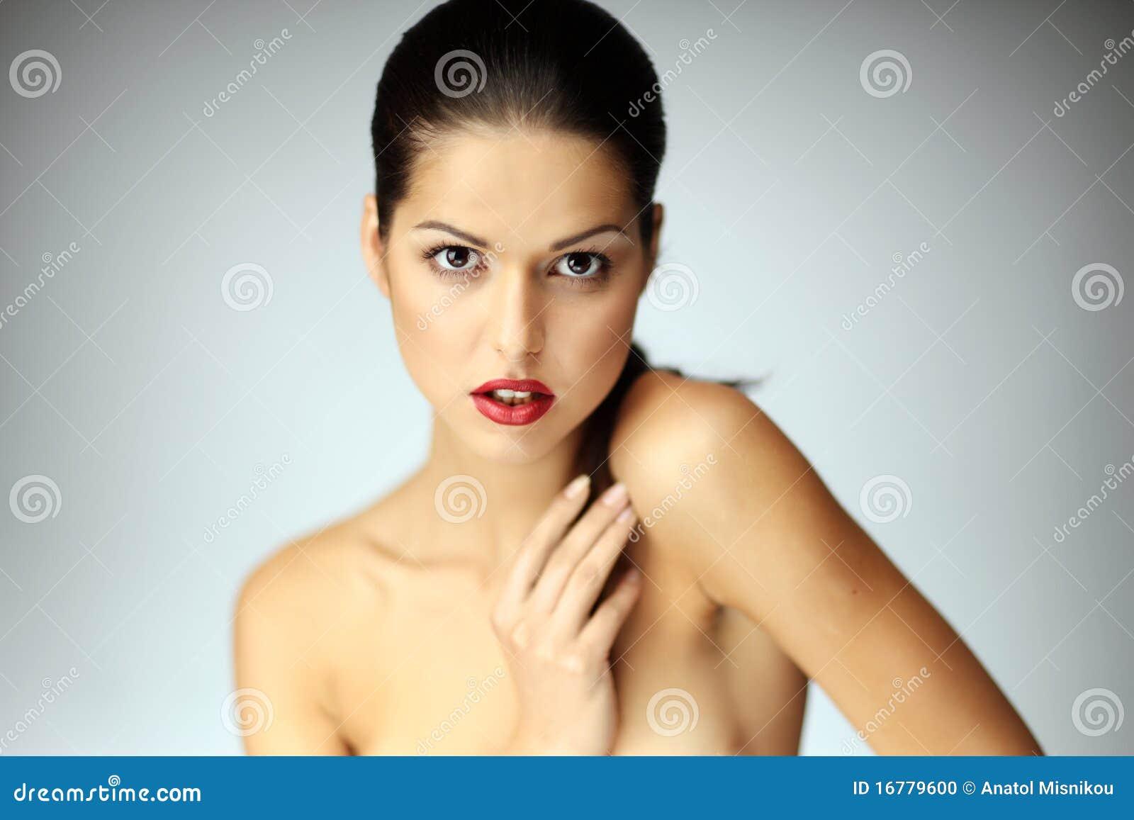 Primo piano di bella posizione della giovane donna.