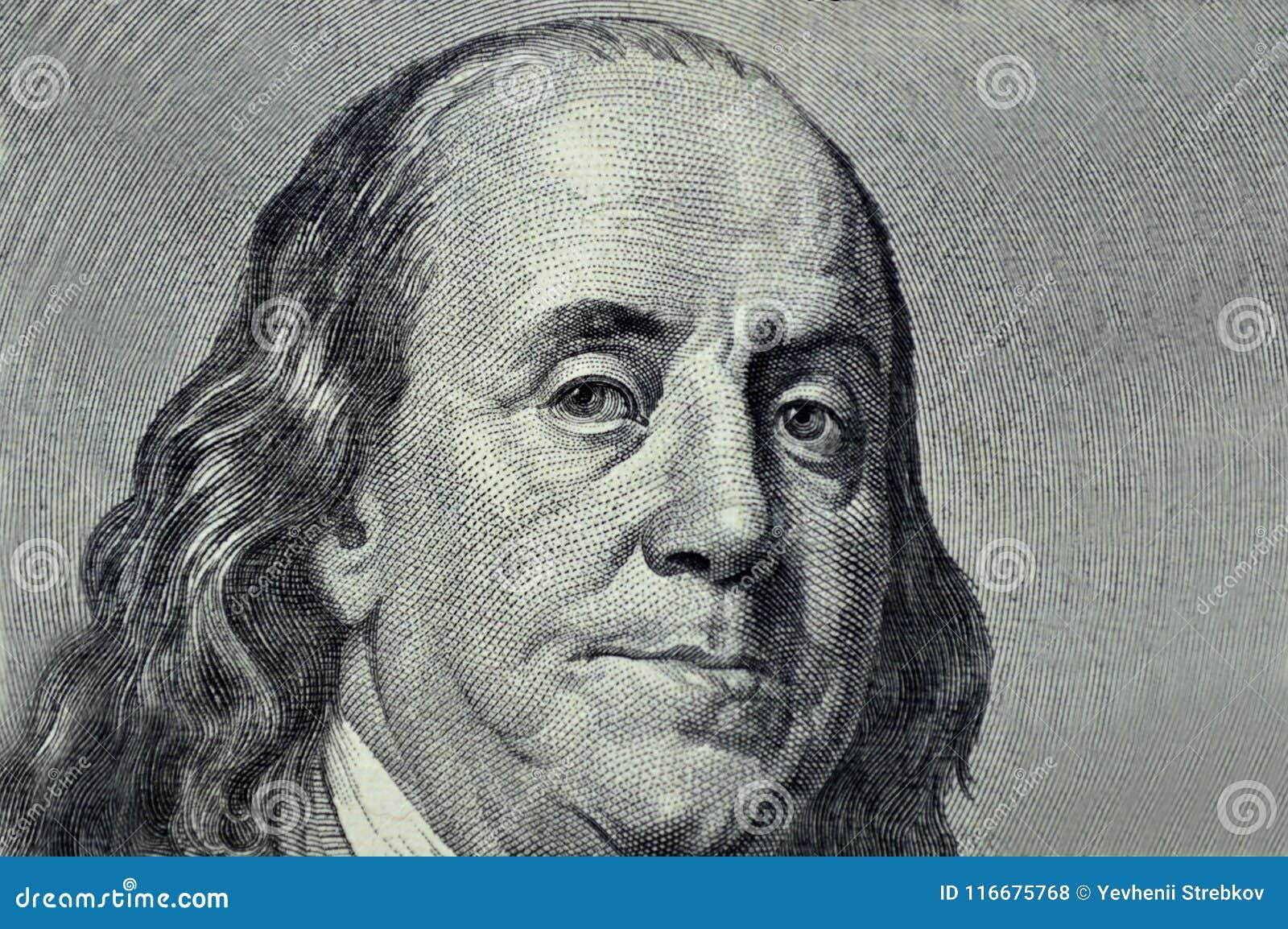 Primo piano di Benjamin Franklin su un fondo grigio