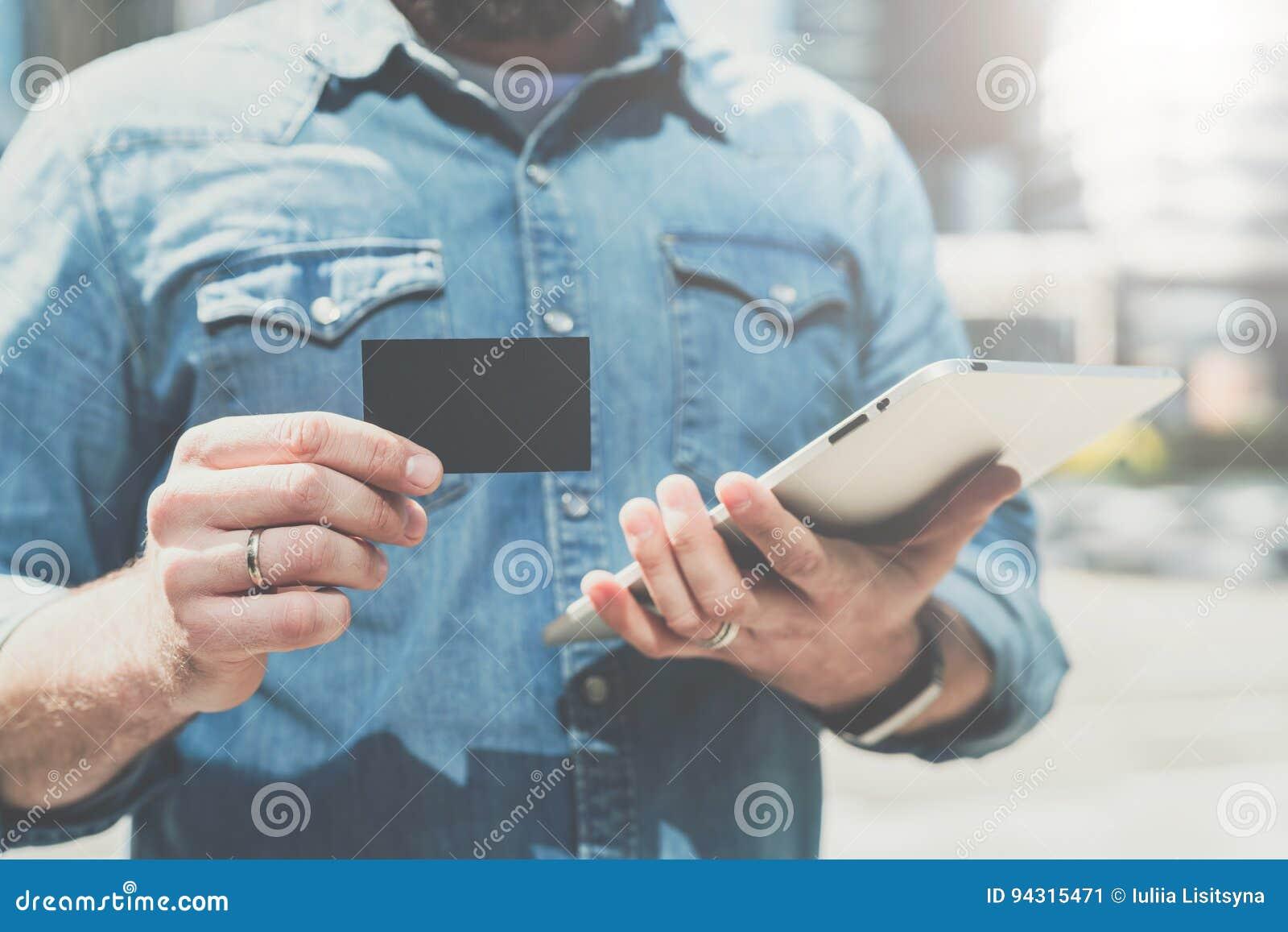 Primo piano di credito vuoto nero, affare, chiamando, biglietto da visita a disposizione di giovane uomo d affari, stando all ape