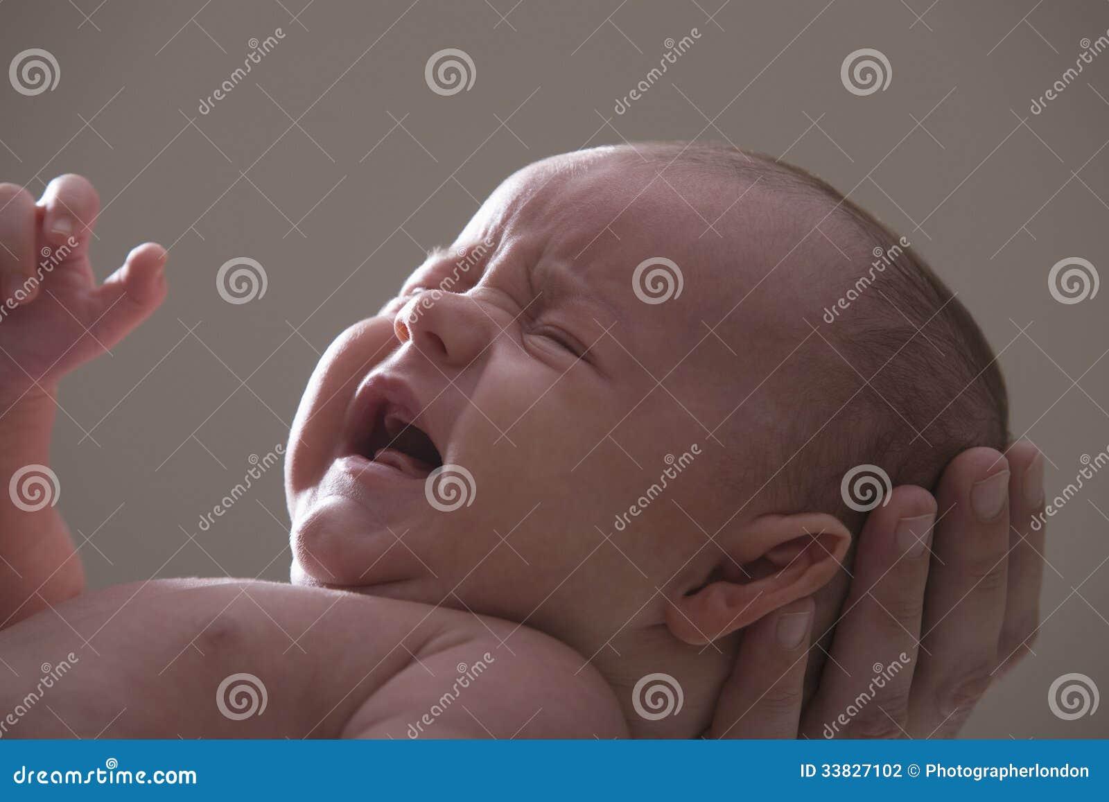 Primo piano di gridare della neonata