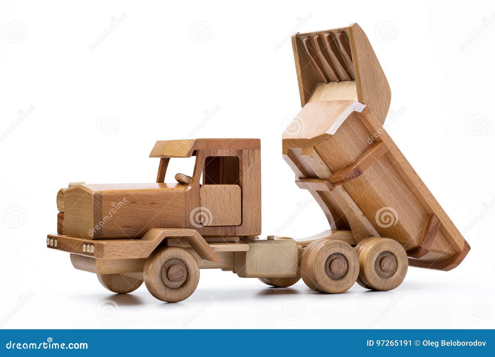Primo piano di legno dell automobile isolato su fondo bianco