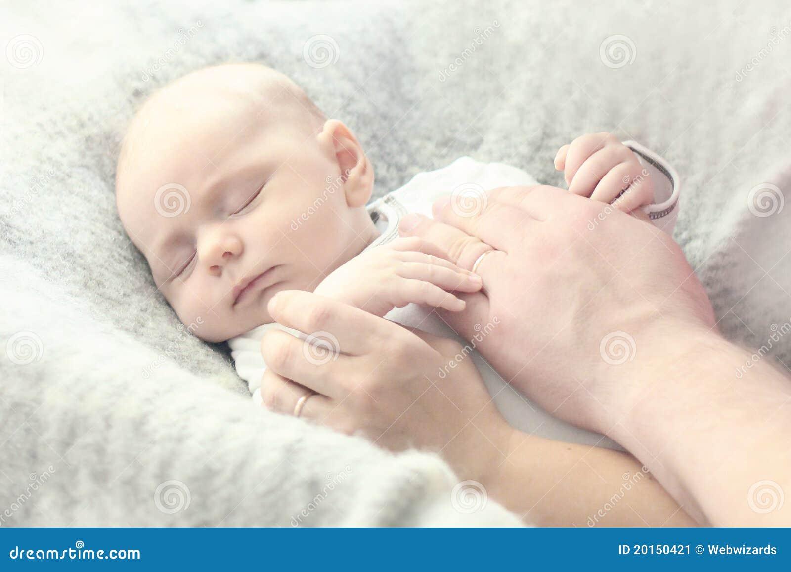 Primo piano di piccolo ragazzo con le mani del padre e della madre