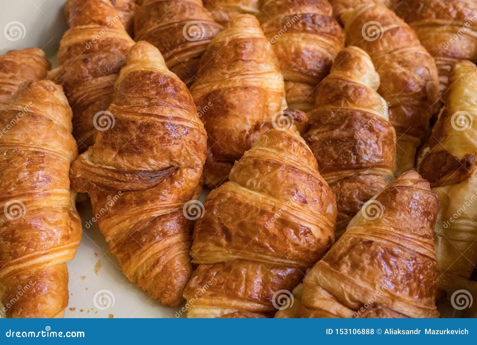 Primo piano di recente al forno dei croissant