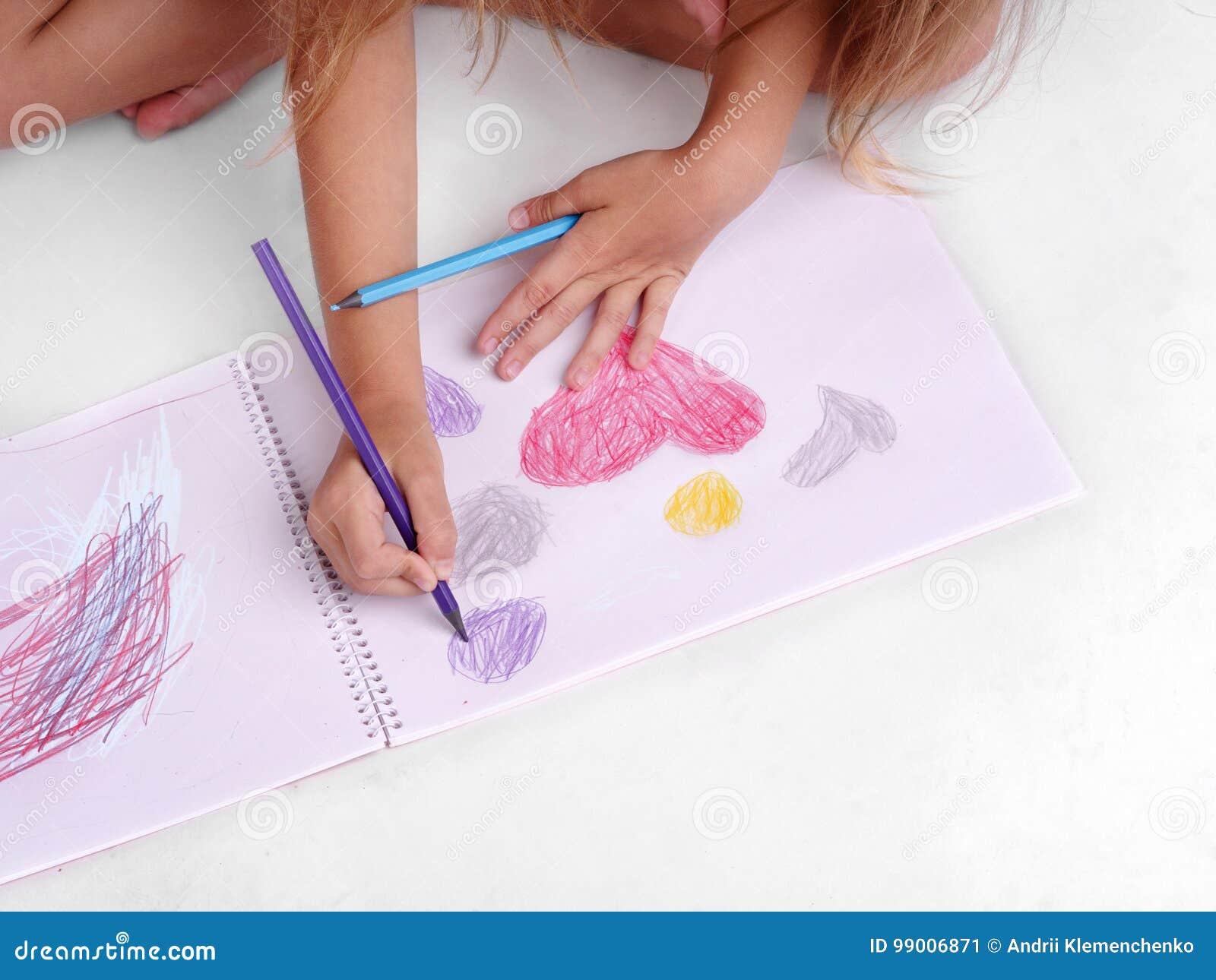 Disegno Di Un Bambino : Primo piano di un disegno della ragazza bambino prescolare che