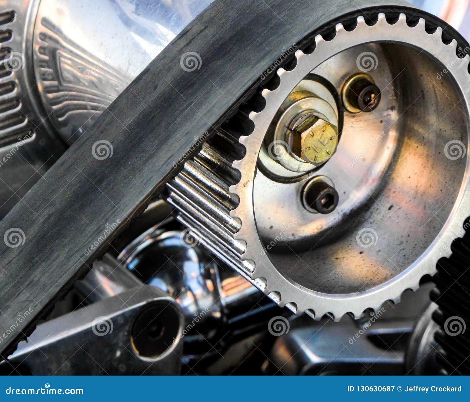 Primo piano di un ingranaggio e di una cinghia del motore del ventilatore di scarico in una macchina da corsa