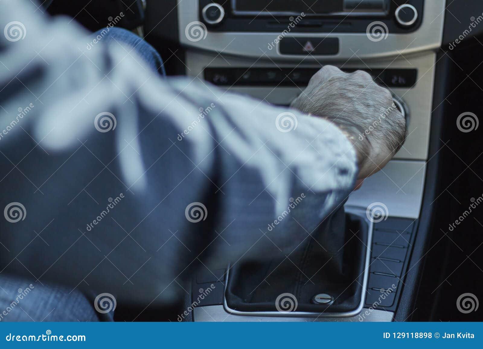 Primo piano di un uomo in un cambio di marcia dell automobile con la sua mano