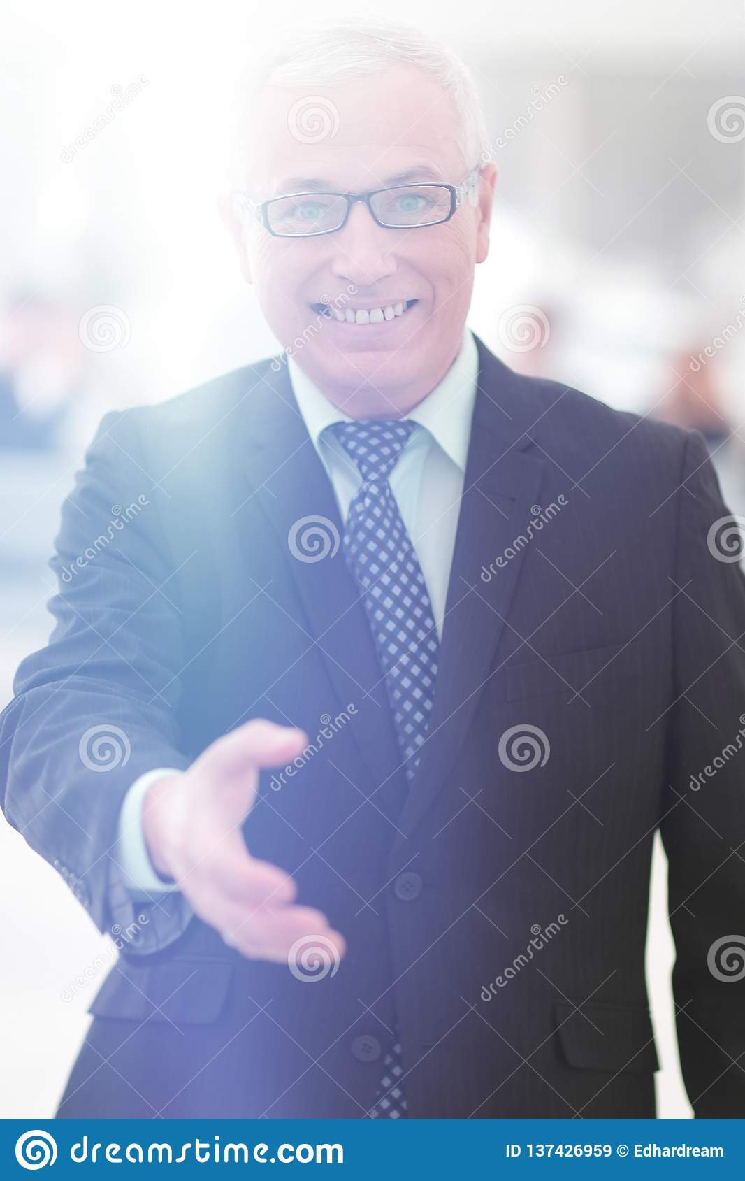 Primo piano di un uomo d affari senior che offre la sua mano per accogliere