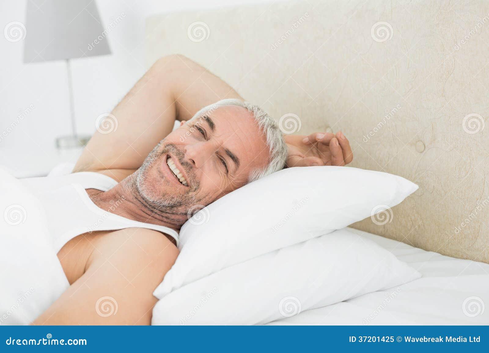 Primo piano di un uomo maturo sorridente che riposa a letto immagine stock immagine di giorno - Come stupire un uomo a letto ...
