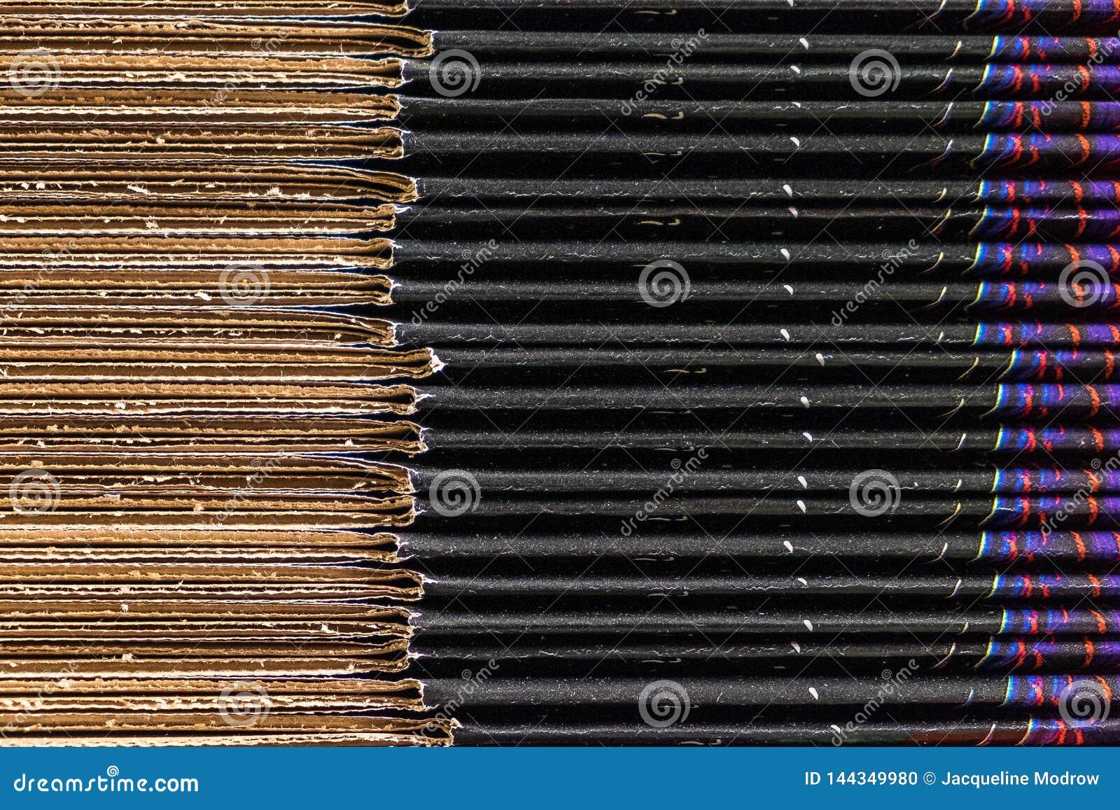 Primo piano di una pila di scatole di cartone variopinte
