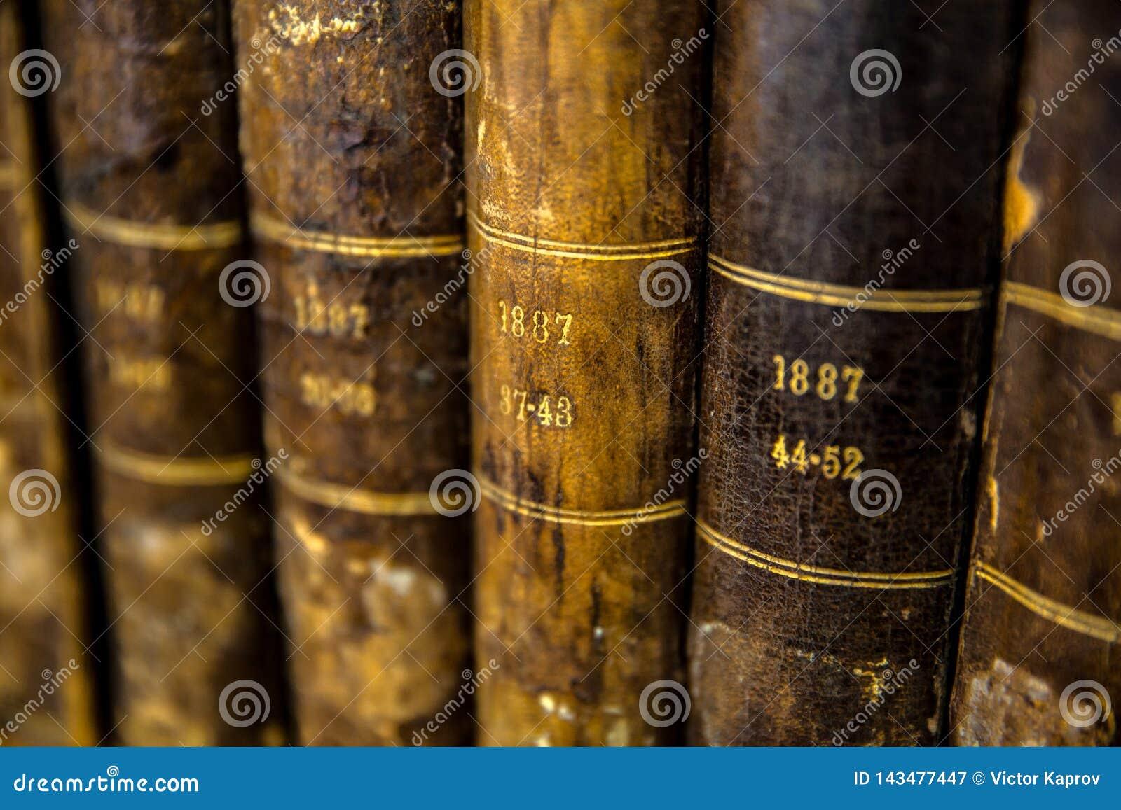 Primo piano di una serie di molto vecchi libri