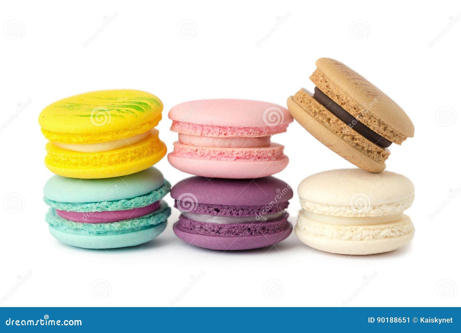 Primo piano dolce di varietà dei maccheroni della squisitezza Maccheroni sul BAC bianco