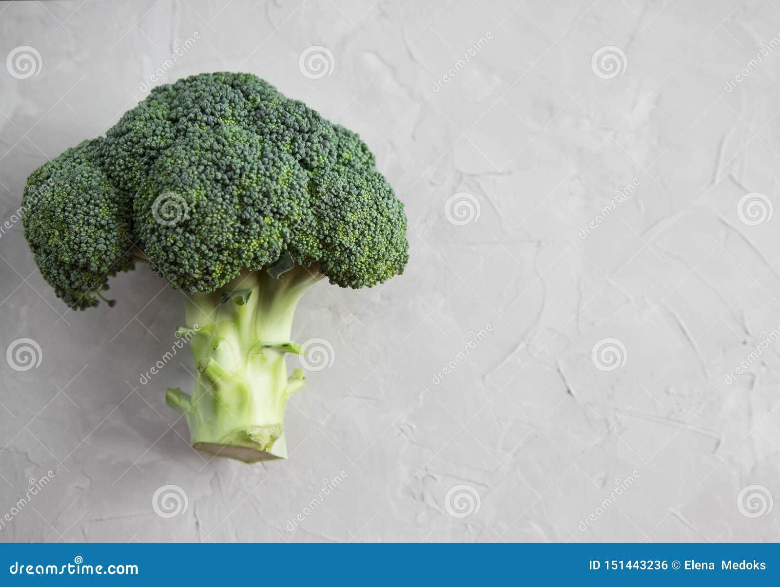 Primo piano fresco dell inflorescenza dei broccoli su una tavola concreta Verdure sulla tabella Copi lo spazio Vista superiore