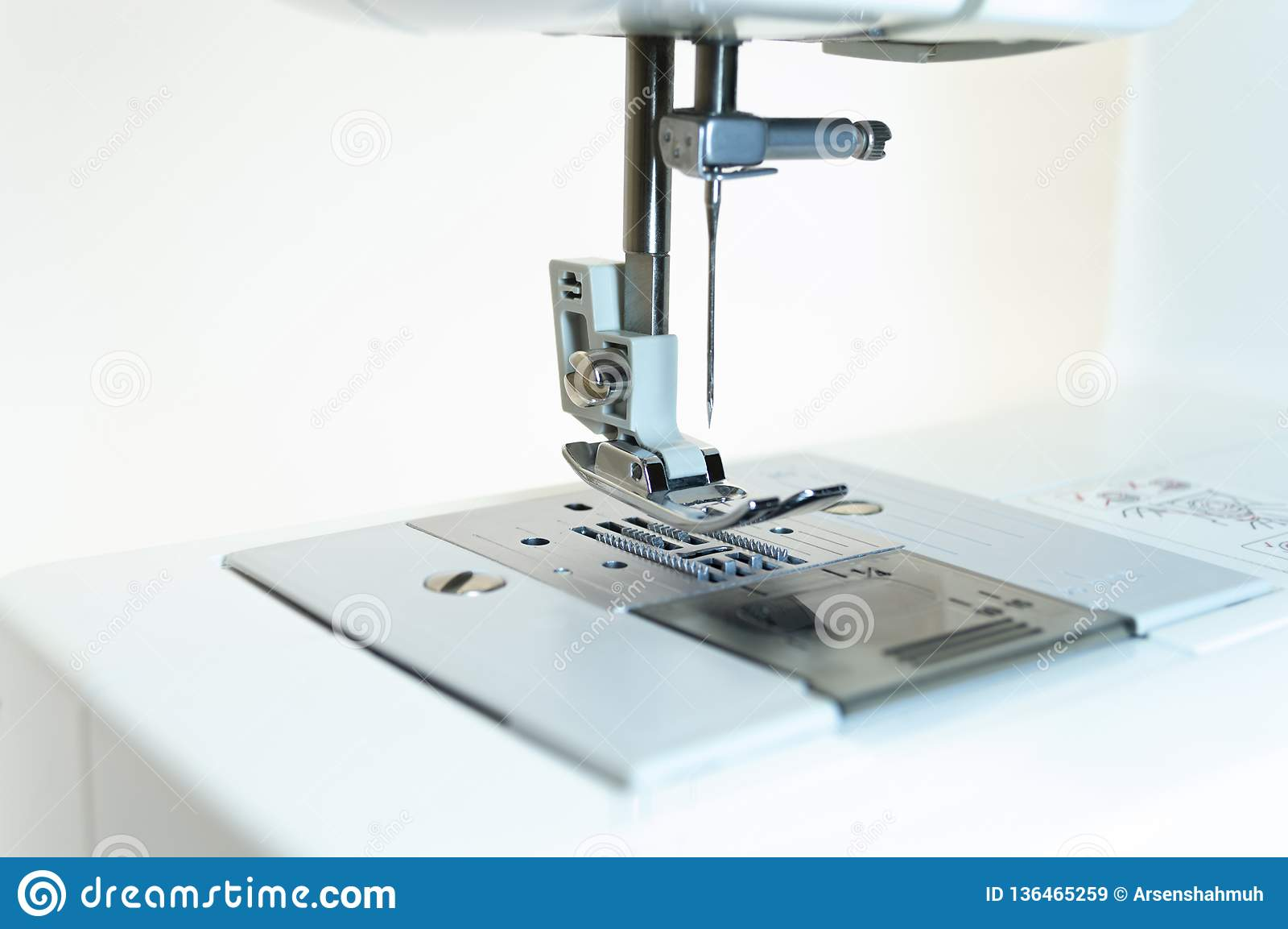 Primo piano: il meccanismo della macchina per cucire Priorità bassa bianca