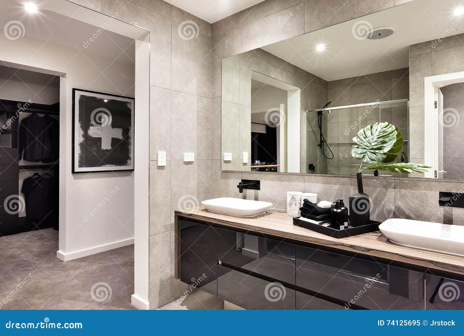 Controsoffitto nel bagno piastrelle a tutta altezza sulle pareti del bagno u af come decorare - Come fare ad andare in bagno ...