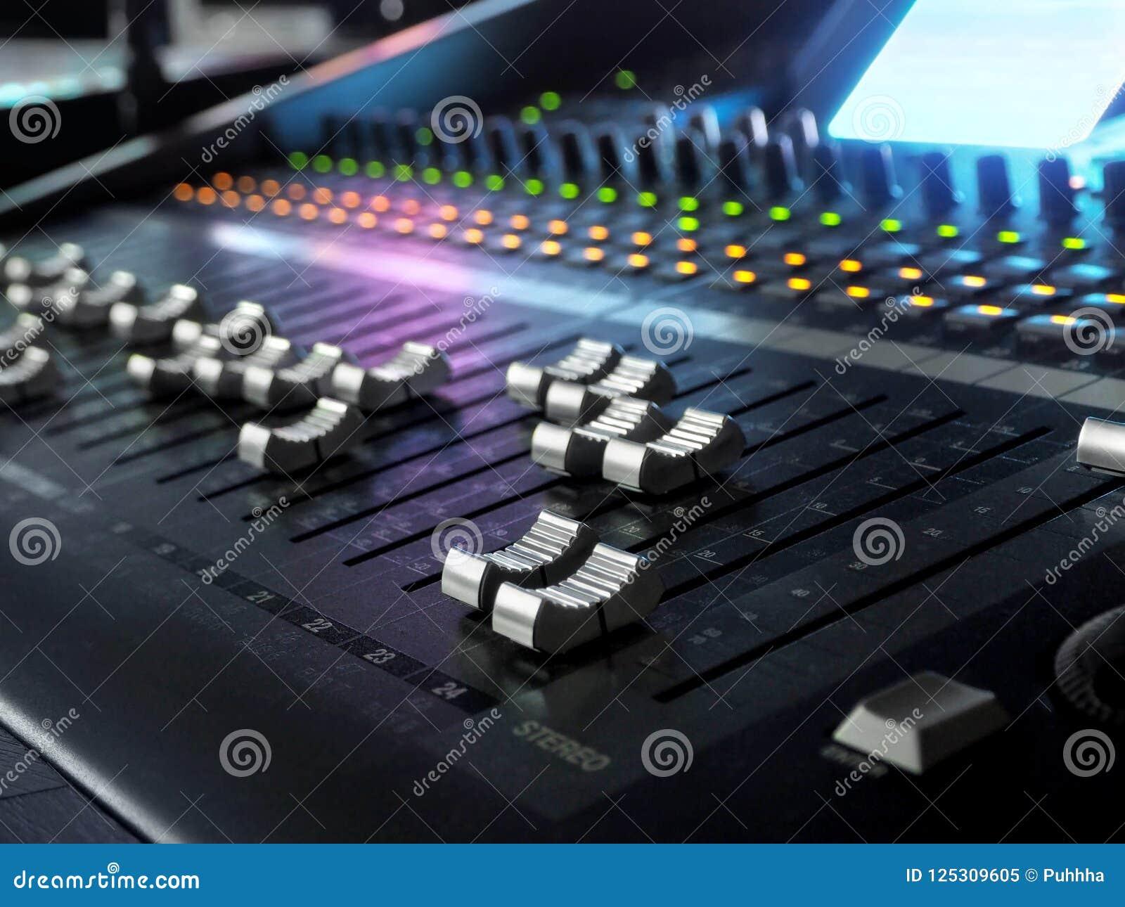 Primo piano sano dello scrittorio di miscelazione dello studio di registrazione Pannello di controllo del miscelatore