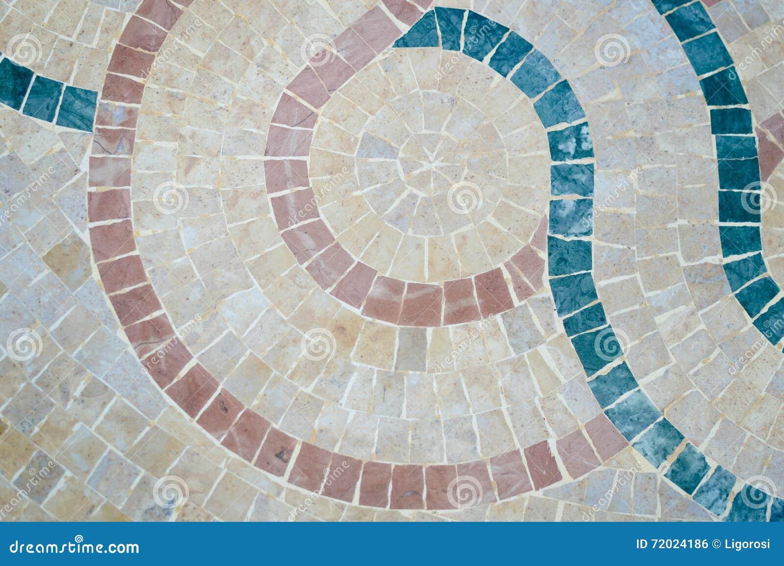 Primo piano sulla parete marocchina variopinta del mosaico come