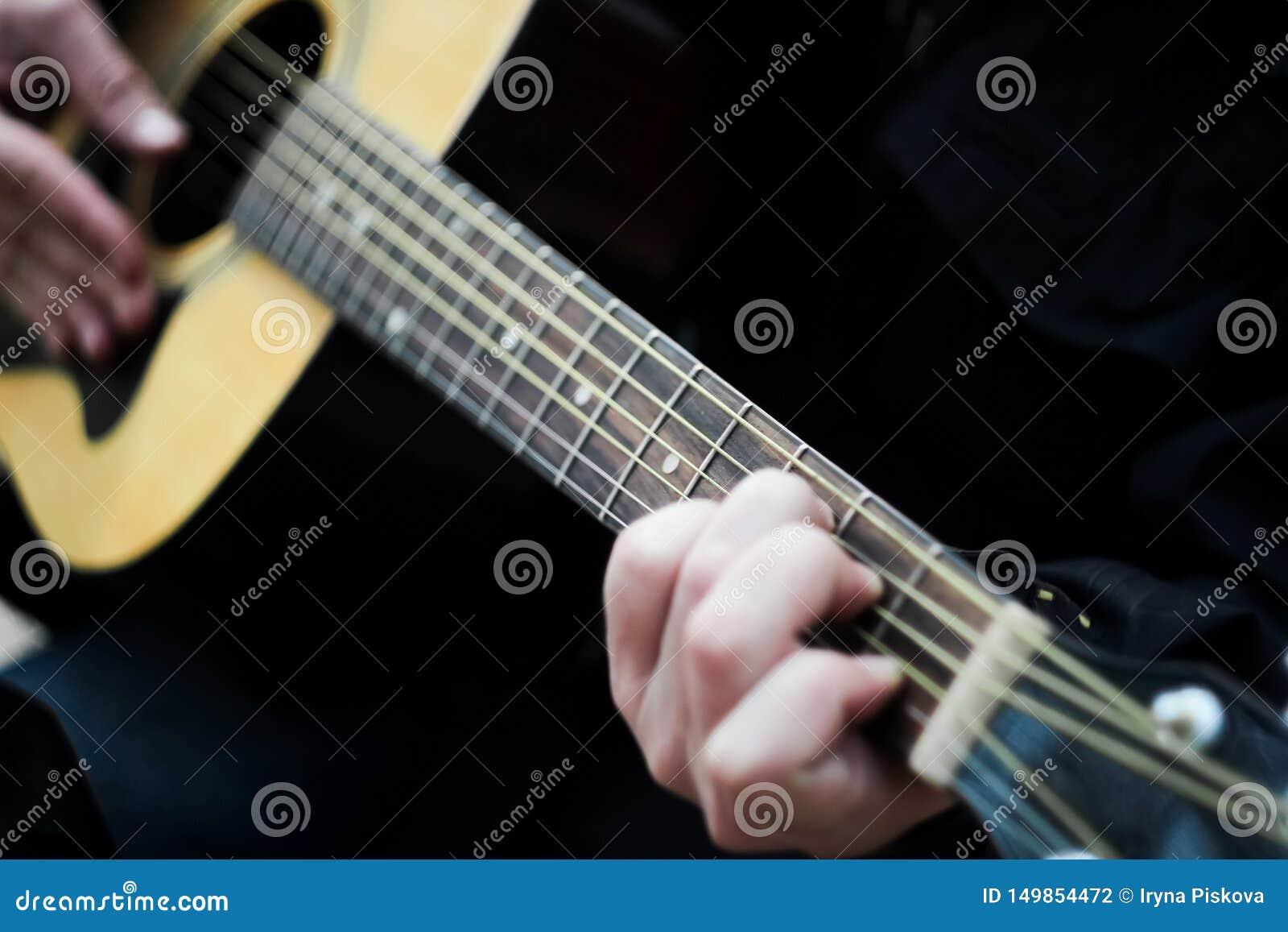 Primo piano Un uomo che gioca una chitarra acustica della sei-corda vago