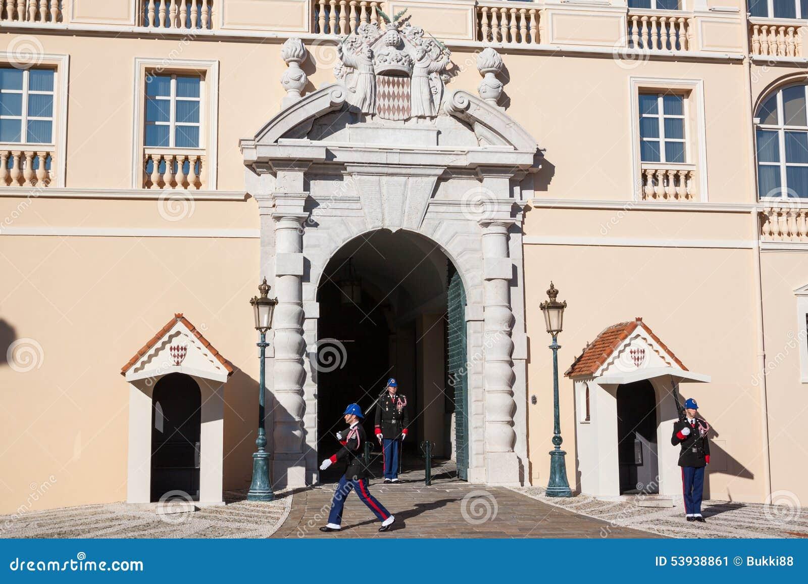 Prince's pałac Monaco podczas odmieniania strażnik