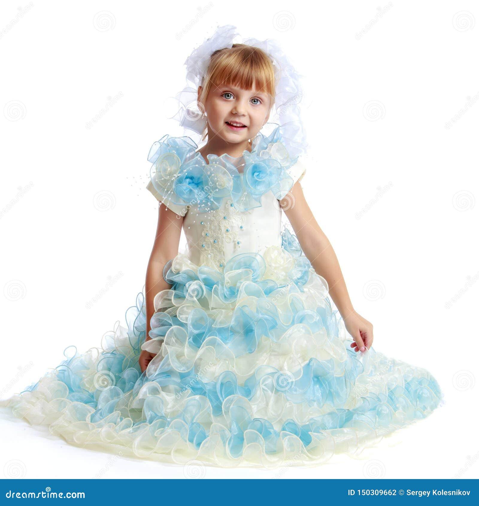 Princesa pequena no vestido branco