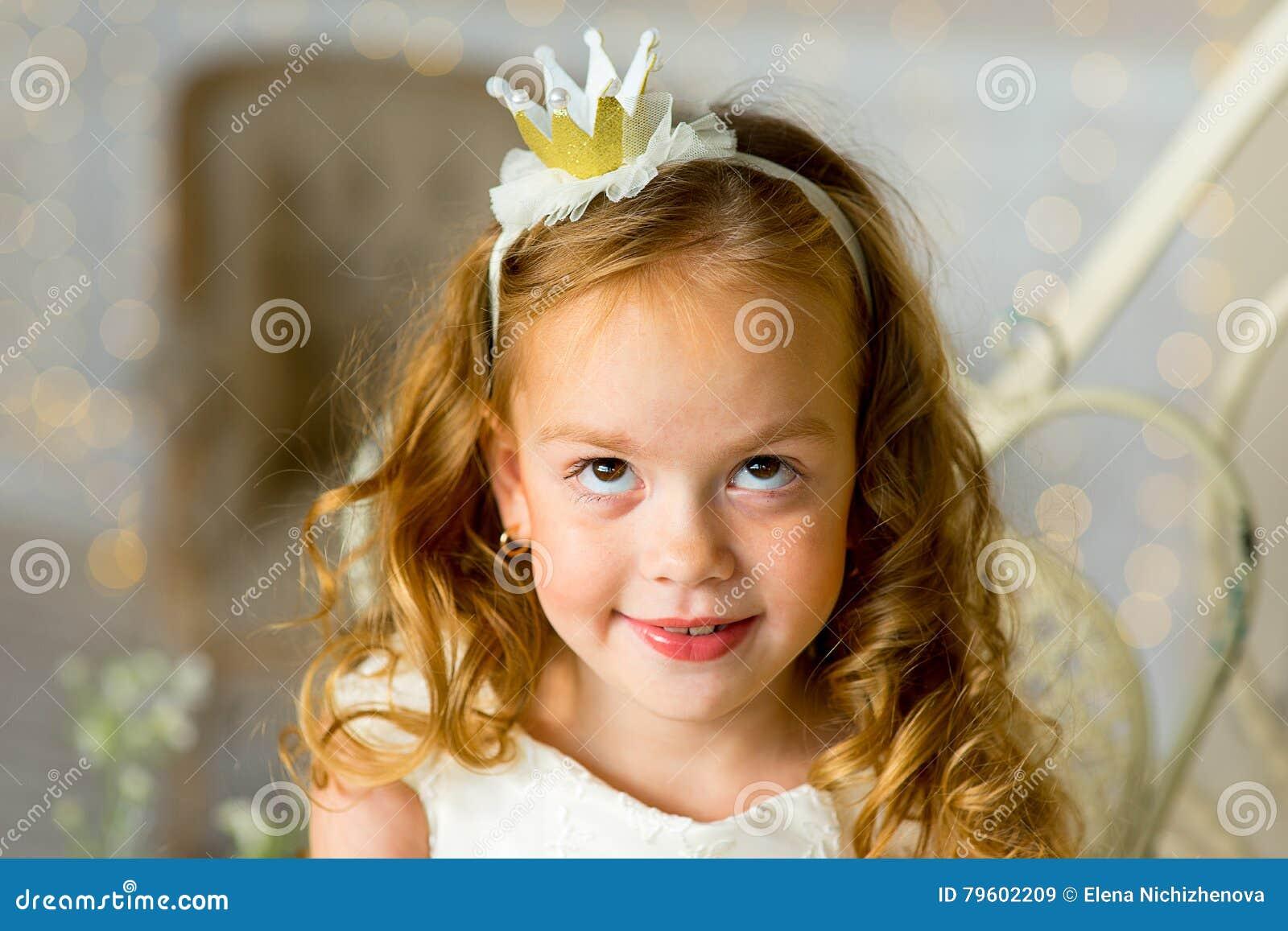 Princesa pequena que senta-se perto da tabela