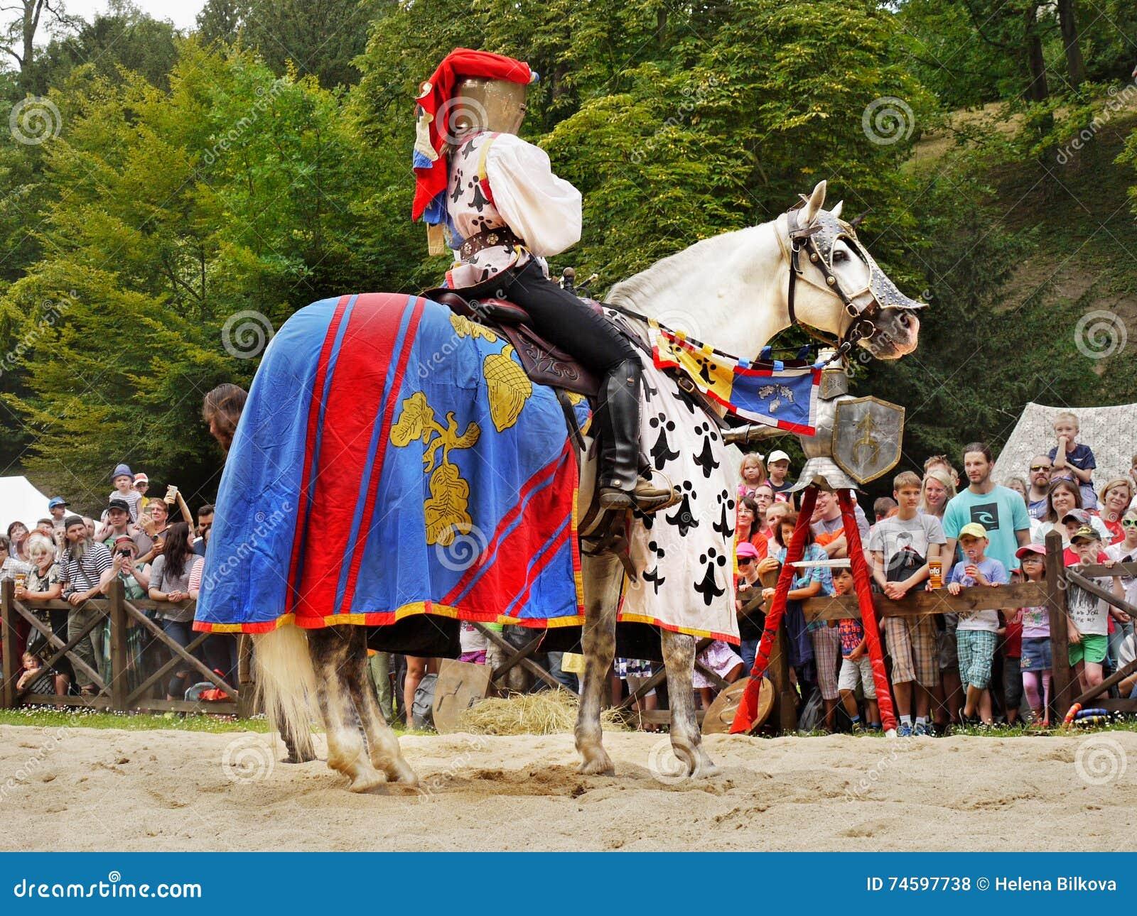 Princesse cheval festival m di val de chevaliers photo stock ditorial image 74597738 - Princesse cheval ...