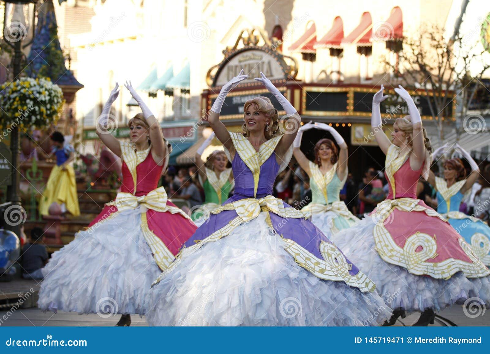 Princesses de danse dans le défilé de Disneyland