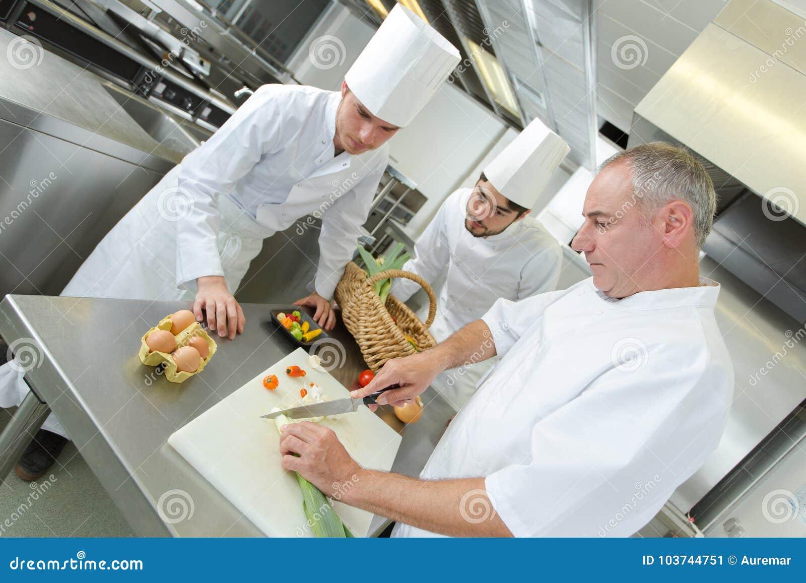 Principales profesores ayudante del cocinero en cocina del restaurante