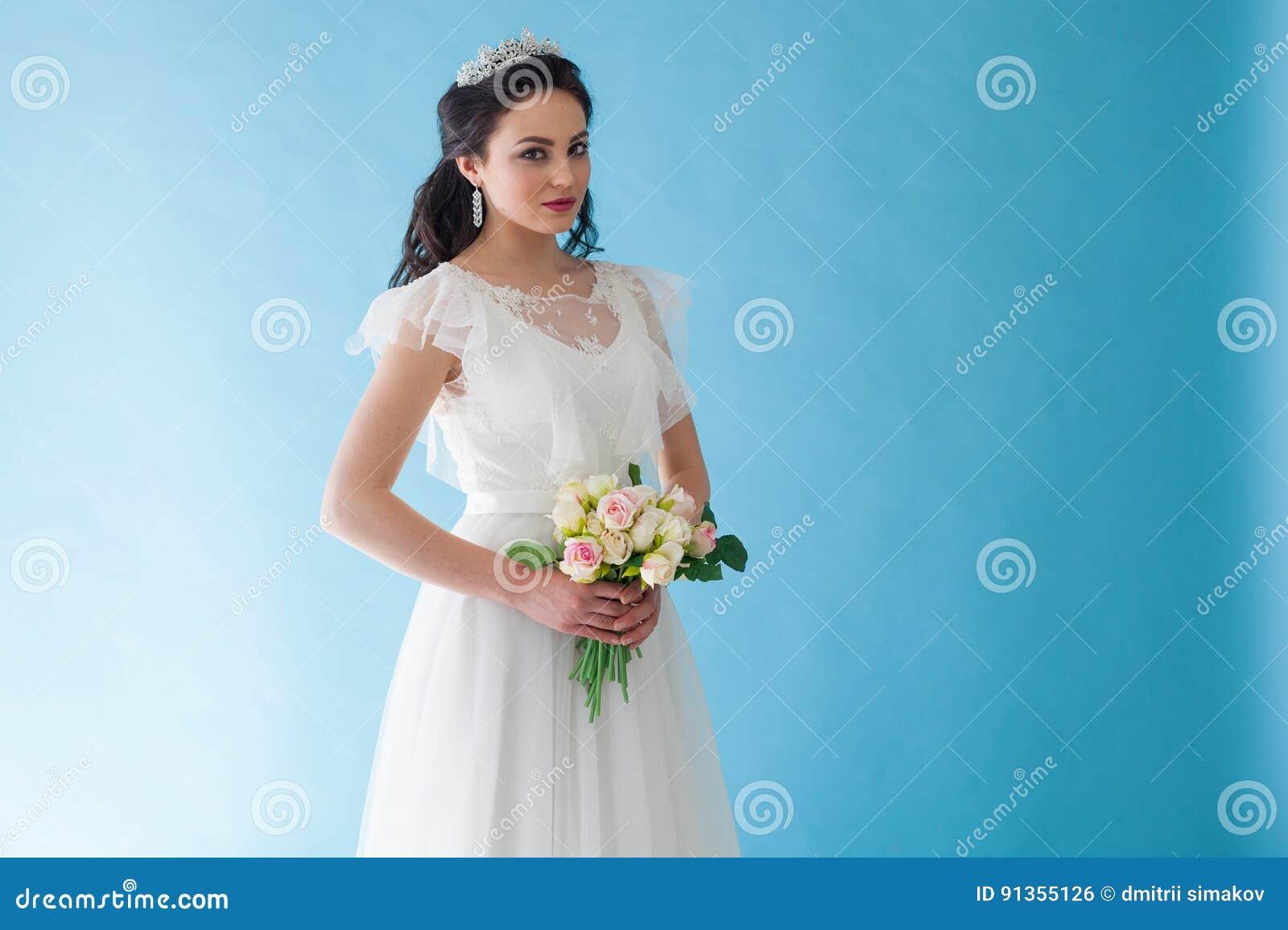 reputable site a332e 94793 Principessa Bride In Un Vestito Bianco Con Una Corona Su Un ...